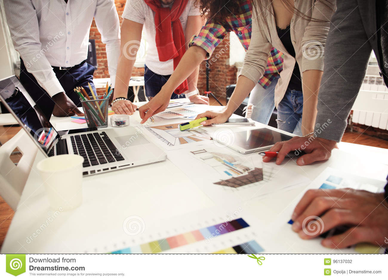 Lavoro Di Squadra Confrontante Le Idee Concetto I Giovani