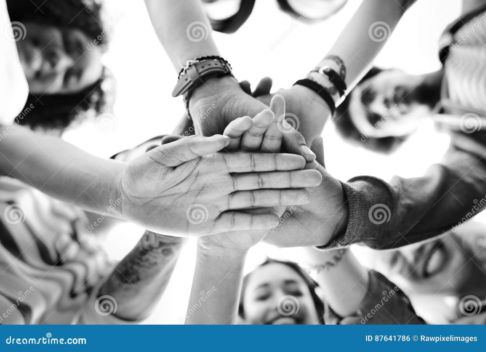 Lavoro di squadra degli studenti di college che impila concetto della mano