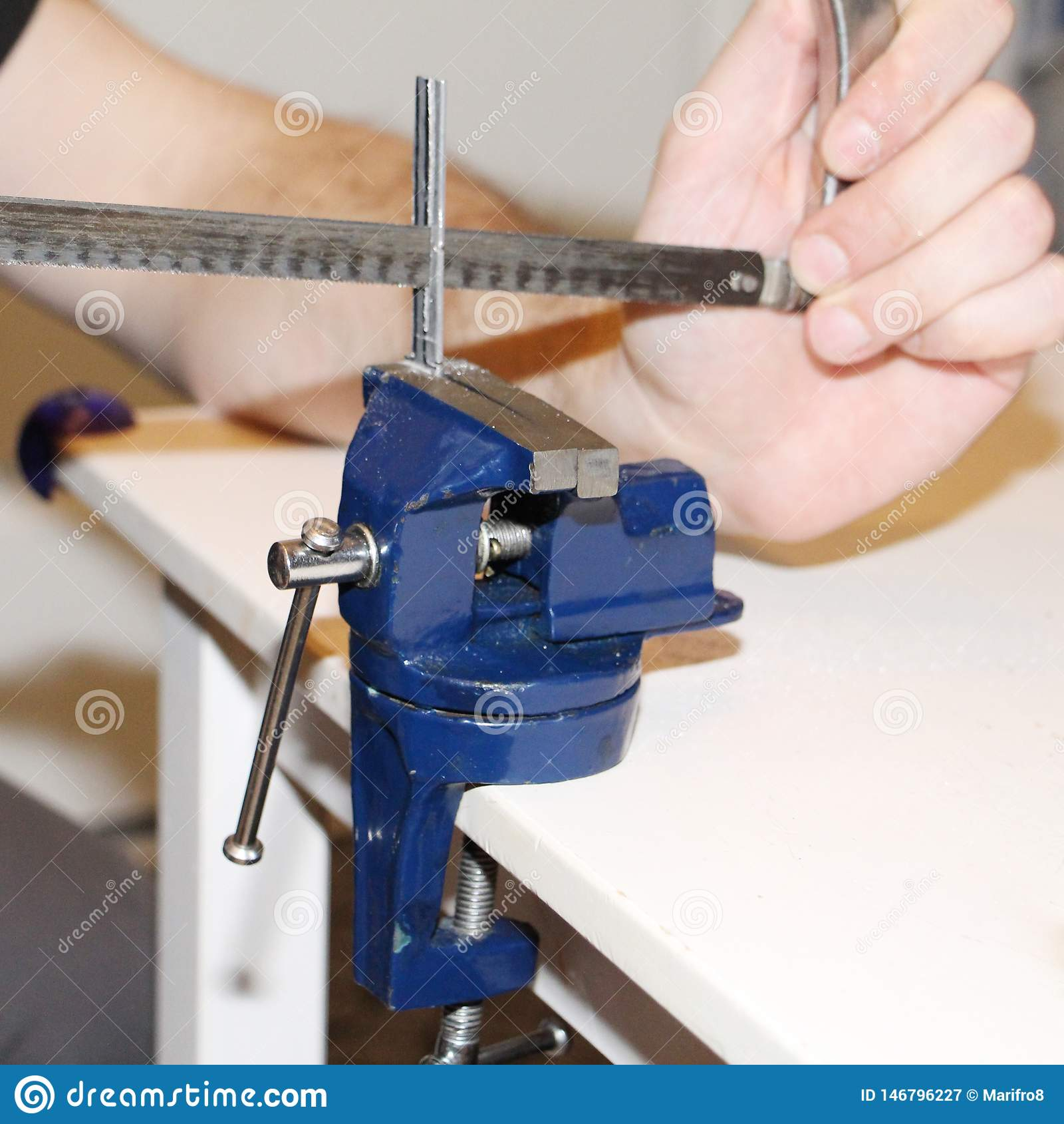 Lavoro in metallo vice con il meccanismo rotatorio Lavoro a casa