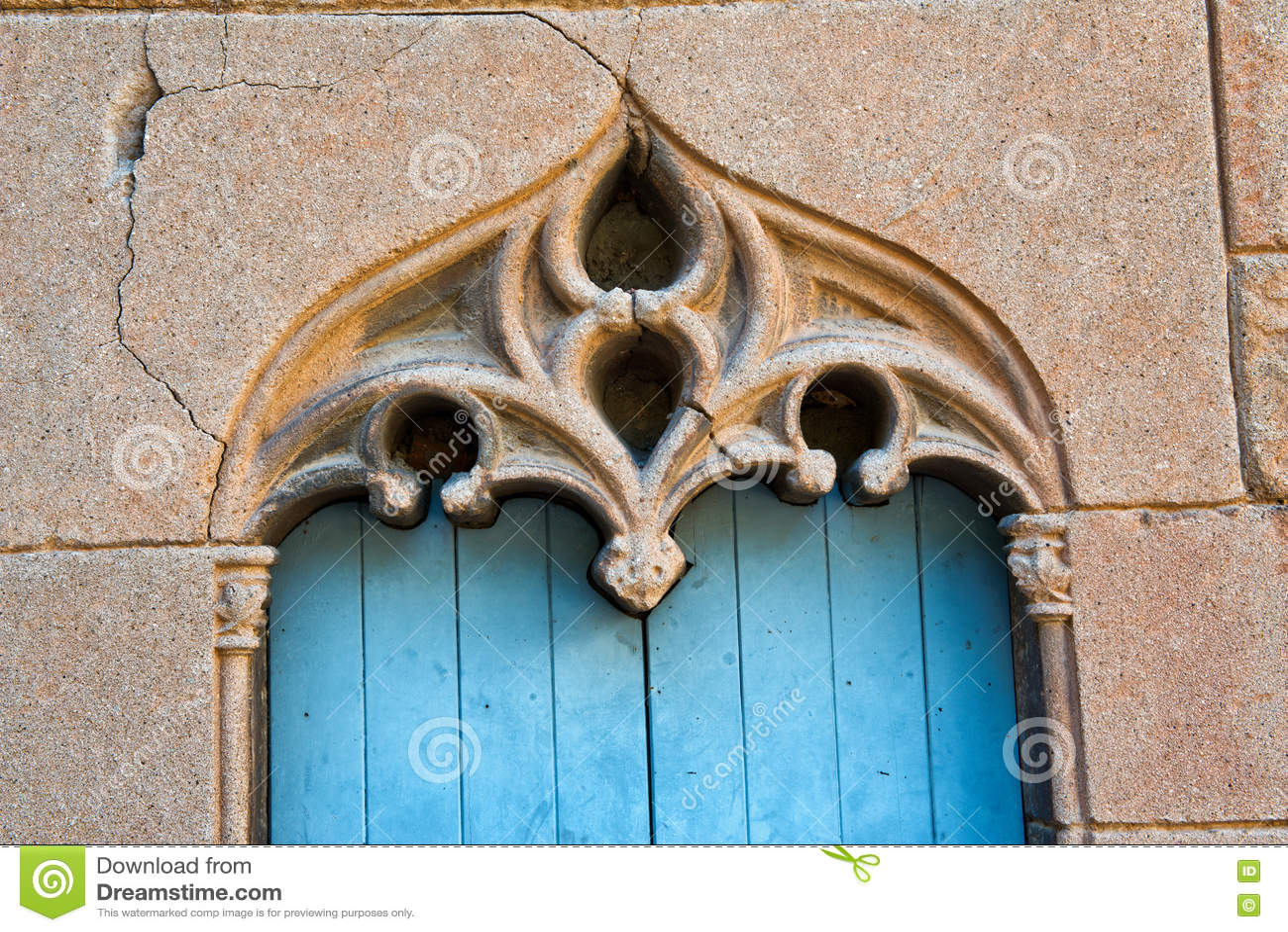 Lavoro in pietra decorato sopra una vecchia porta