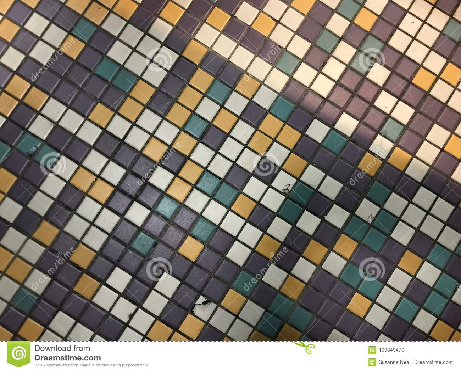 Lavoro variopinto delle mattonelle in porpora bianco oro verde