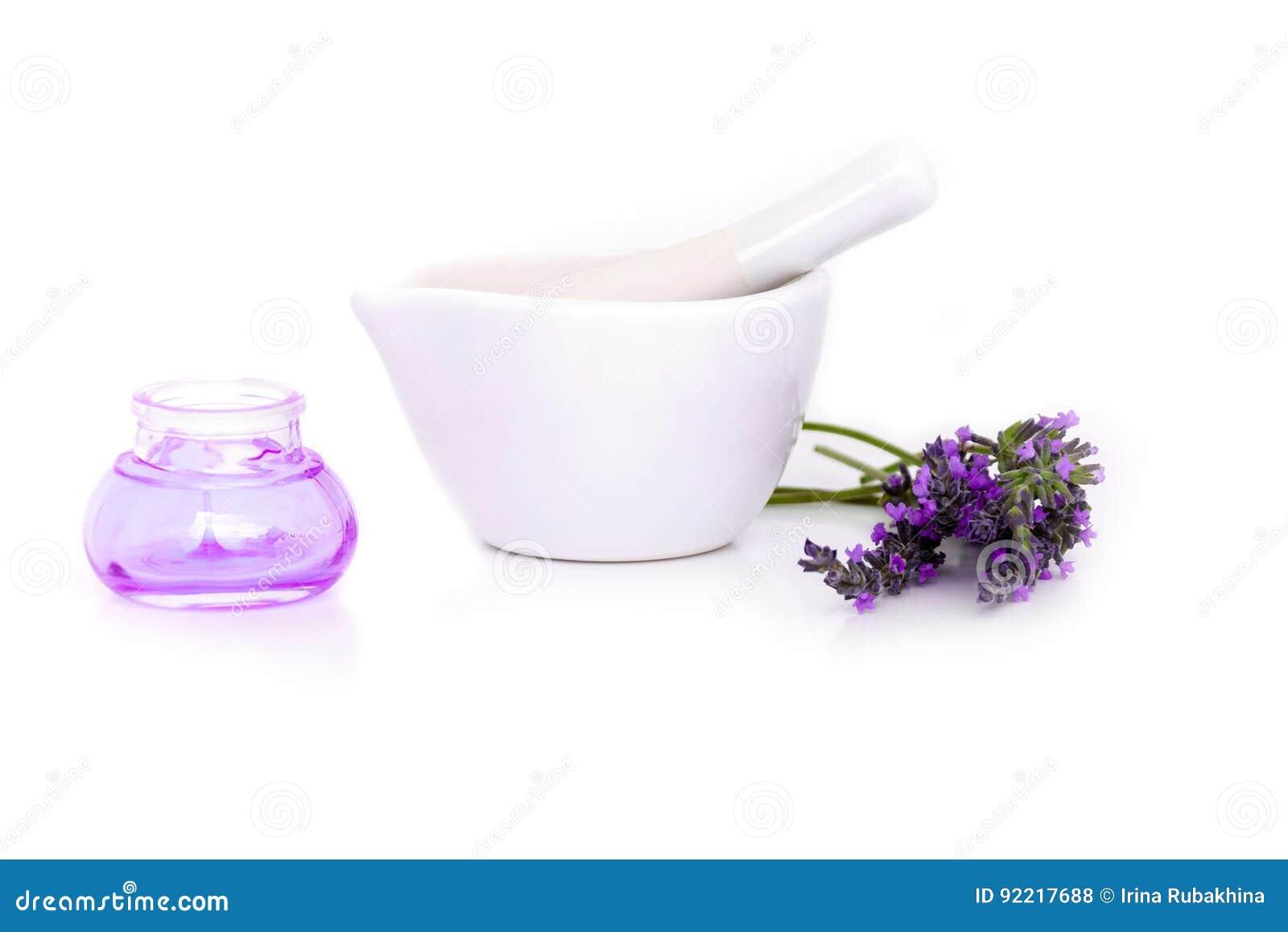 Lawenda kwiaty, lavander ekstrakt i montar z suchymi kwiatami odizolowywającymi na bielu,