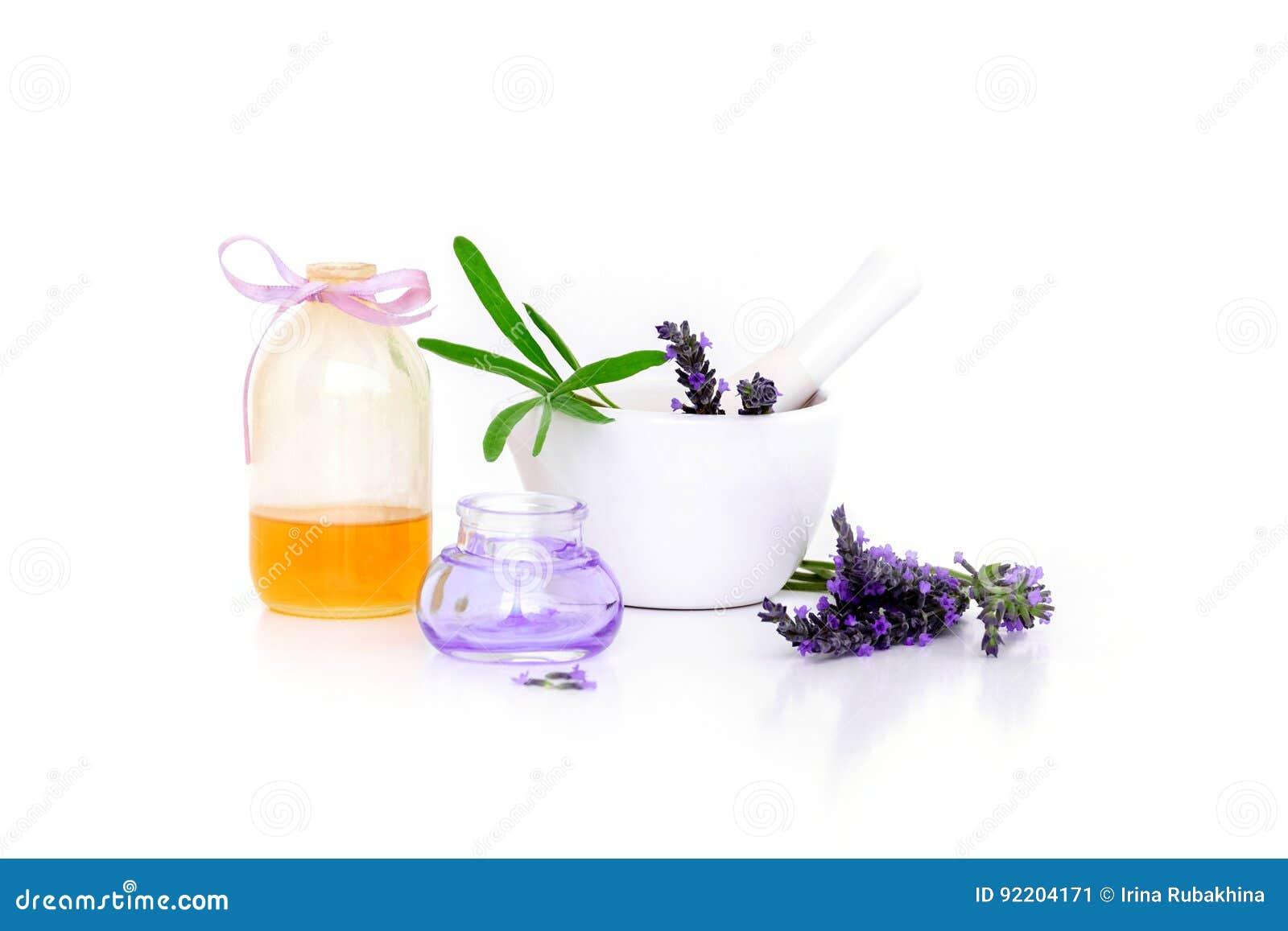 Lawenda kwiaty, lavander ekstrakt, nafciany i montar z suchymi kwiatami odizolowywającymi na bielu