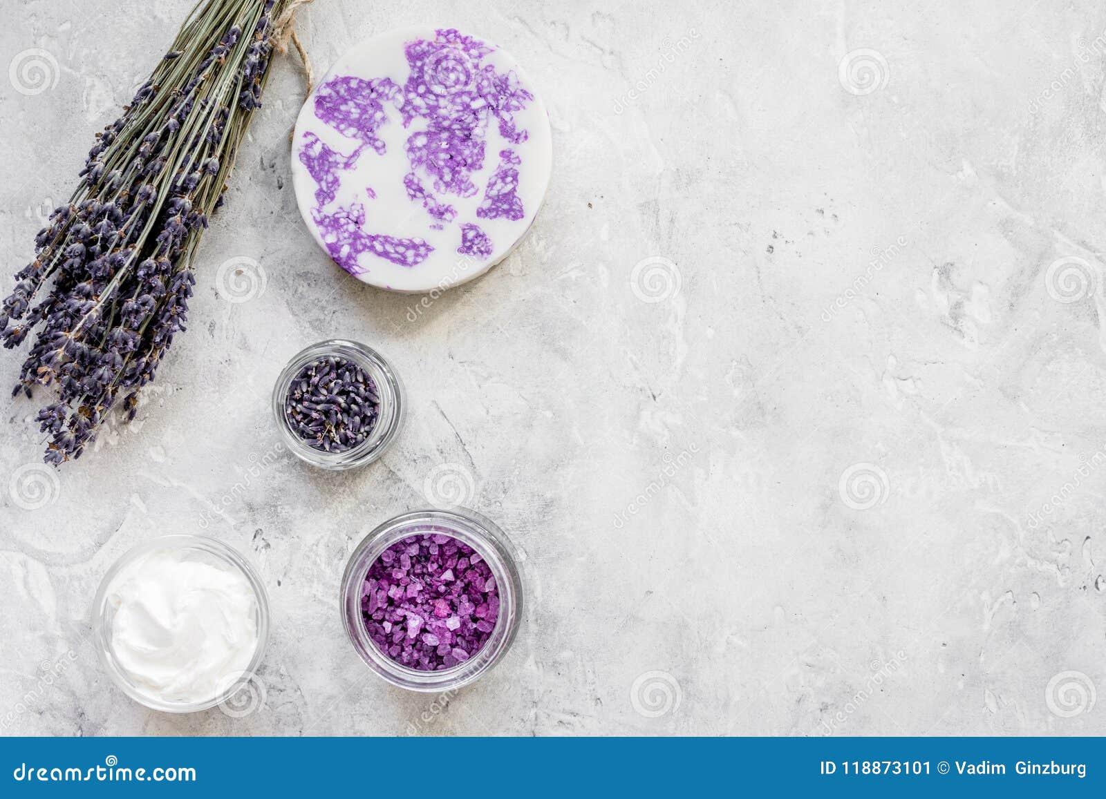 Lawenda kwitnie w organicznie kosmetycznym ustawiającym na kamiennym tło wierzchołku