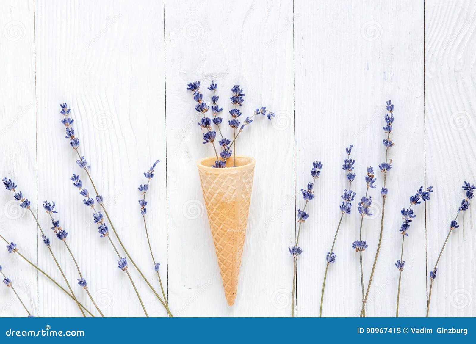 Lawendowi kwiaty z gofrem konusują mockup na białego biurka tła odgórnym widoku