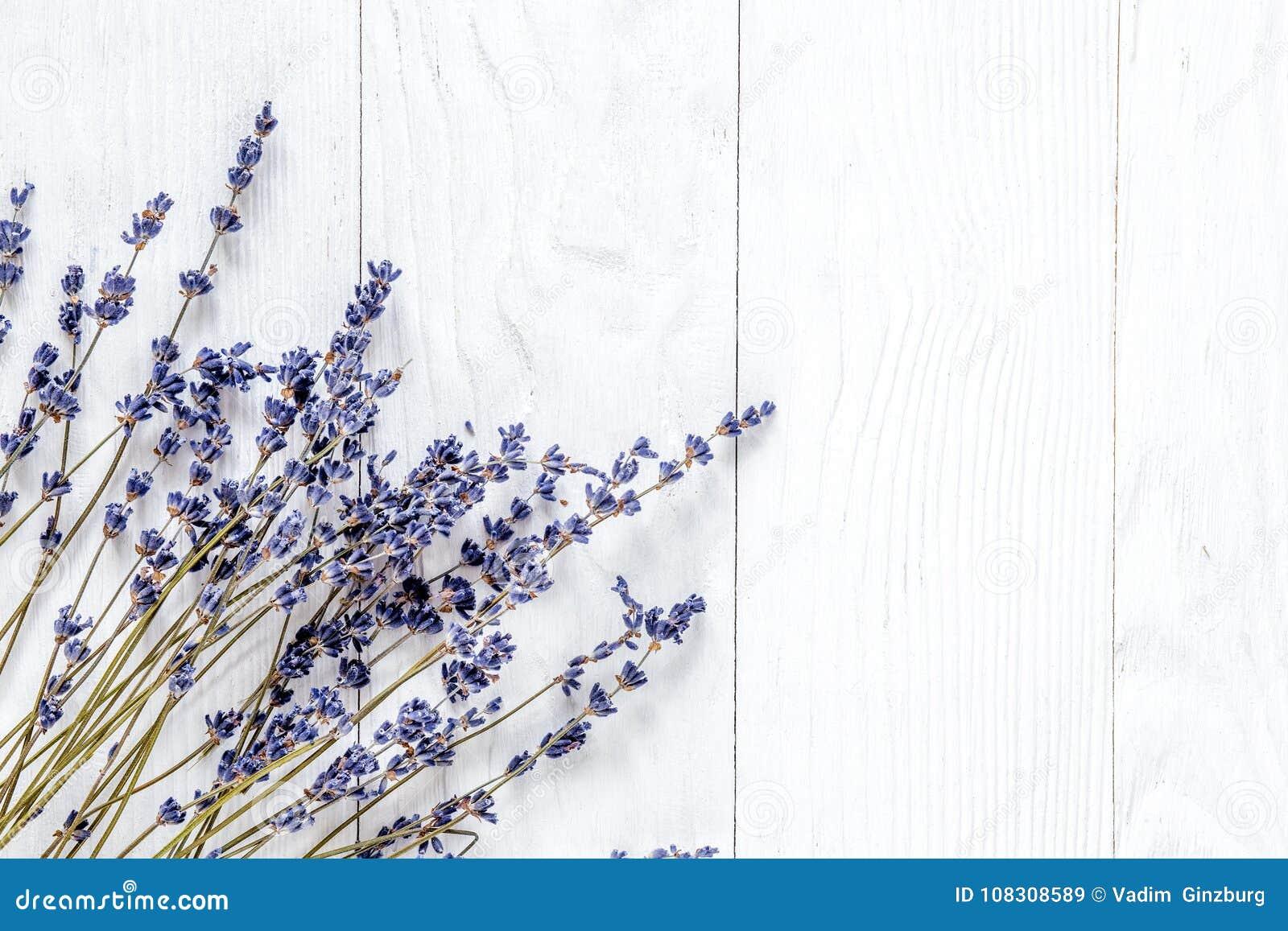 Lawendowy biurko projekt z kwiatami na białego tła odgórnym widoku m