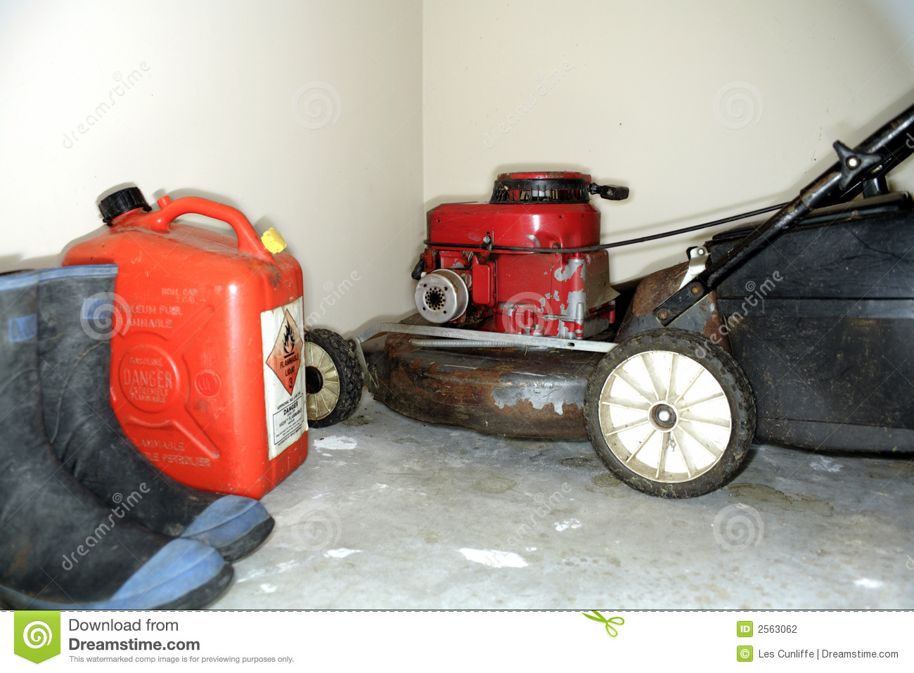Lawnmower and gas can