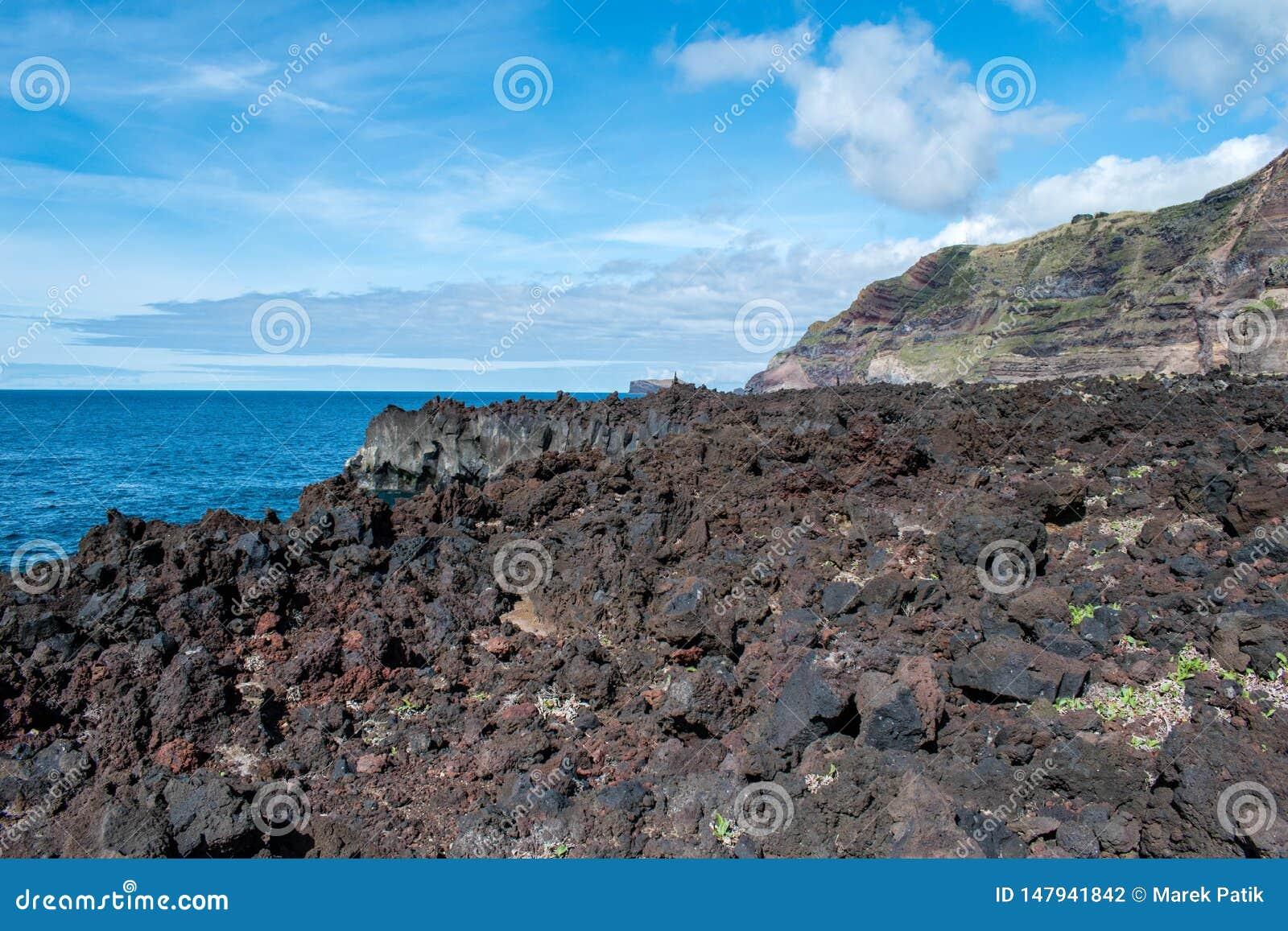 Lawy wybrzeże przy Ponta Da Ferraria, Azores