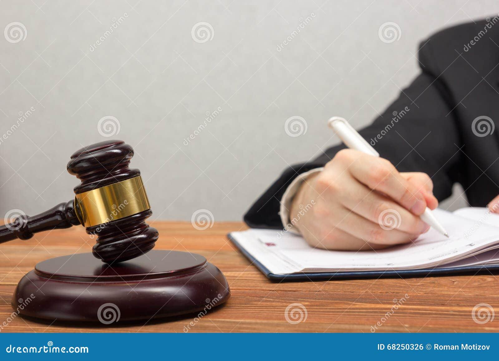 Lawyew het werken notaris die document ondertekenen op het zijn werk stock foto afbeelding - Decoreer zijn kantoor op het werk ...