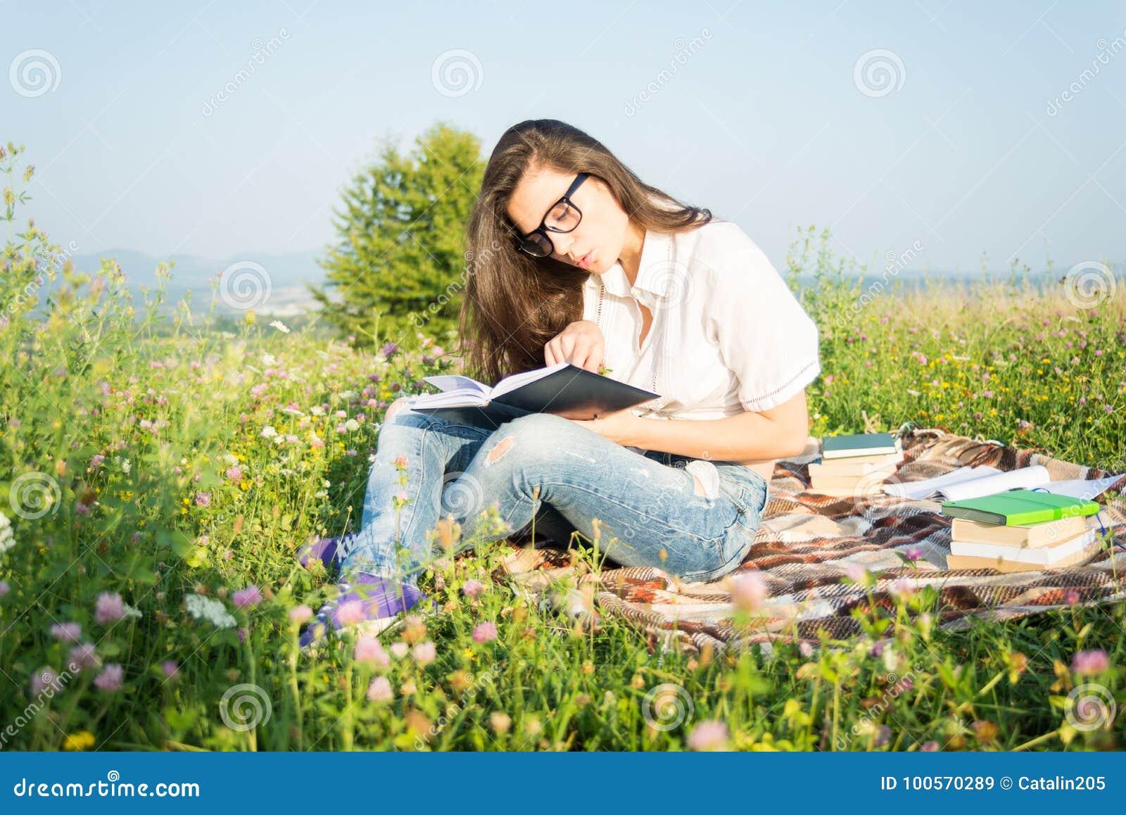 Lays för bokfältgreen läser kvinnan