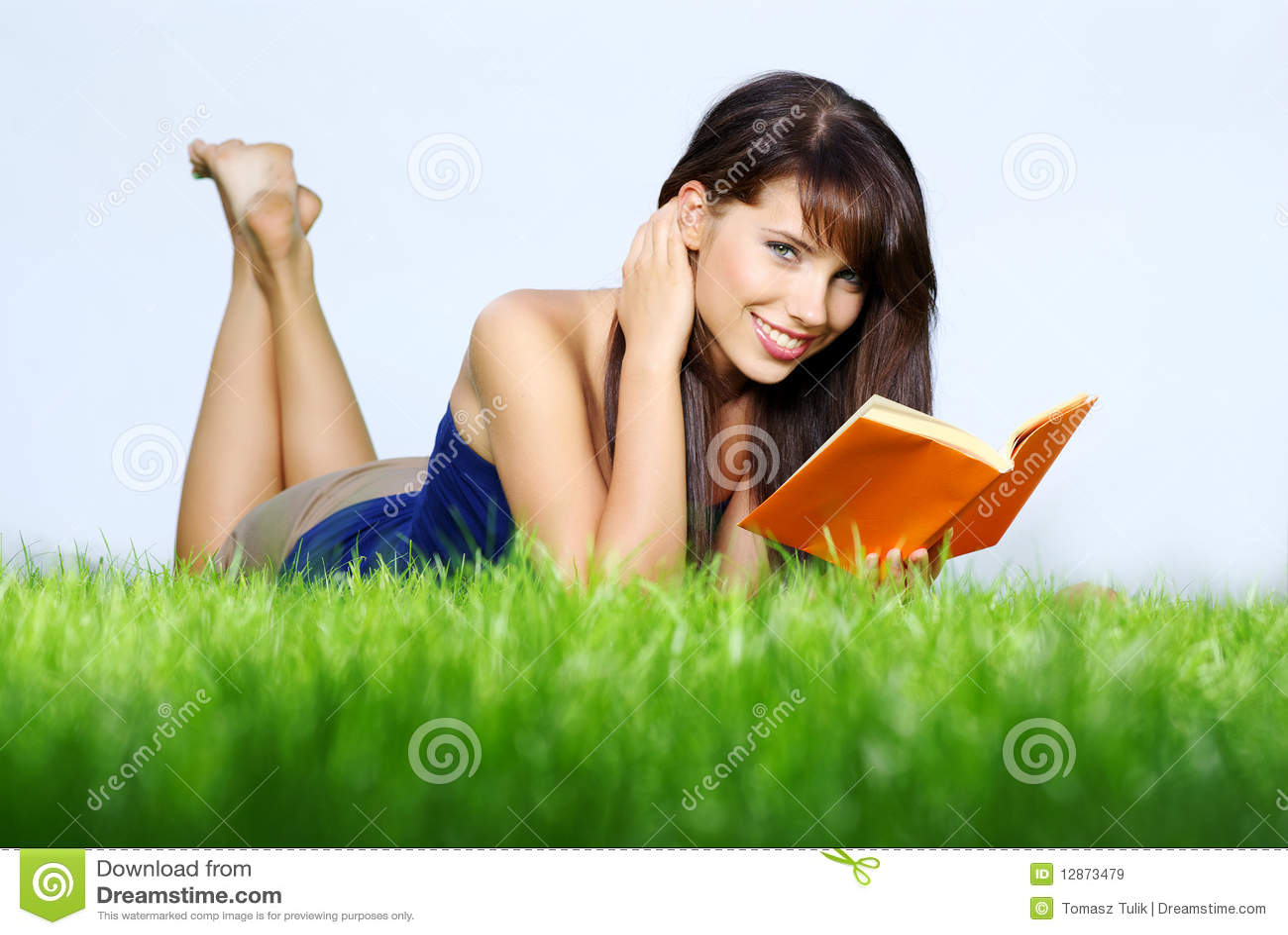 Lays för bokgräsgreen läser kvinnan