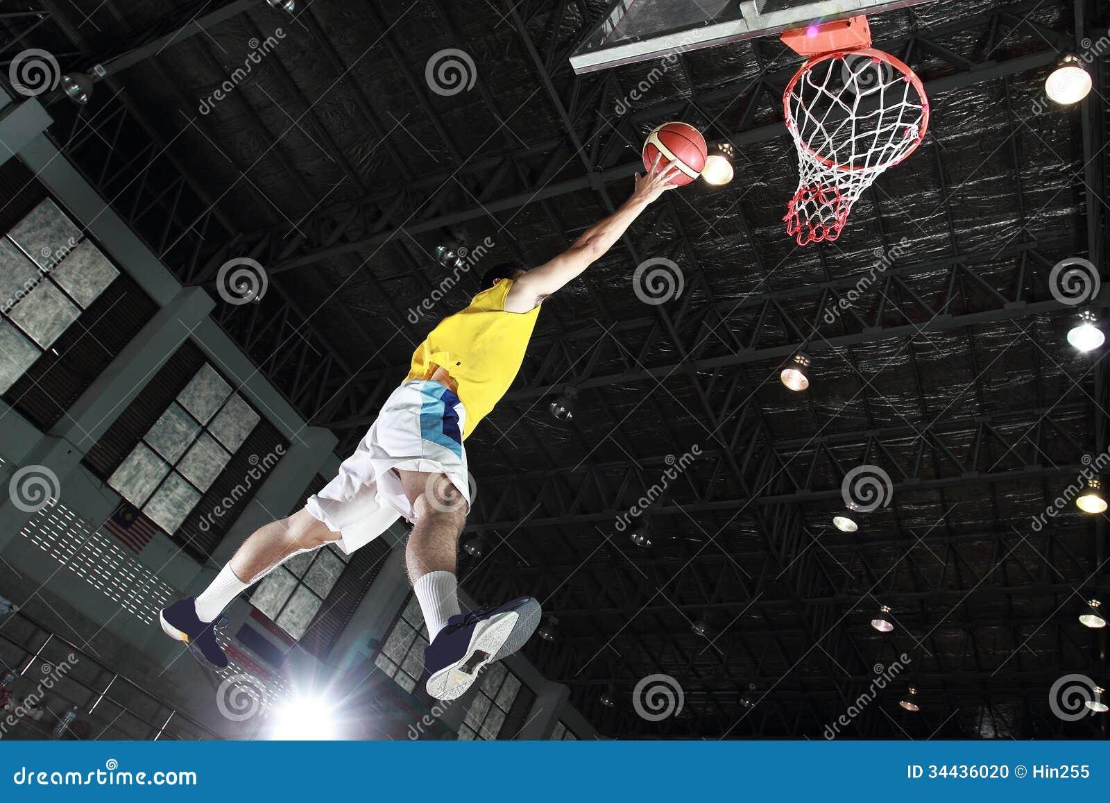 Layup del jugador de básquet para la cuenta