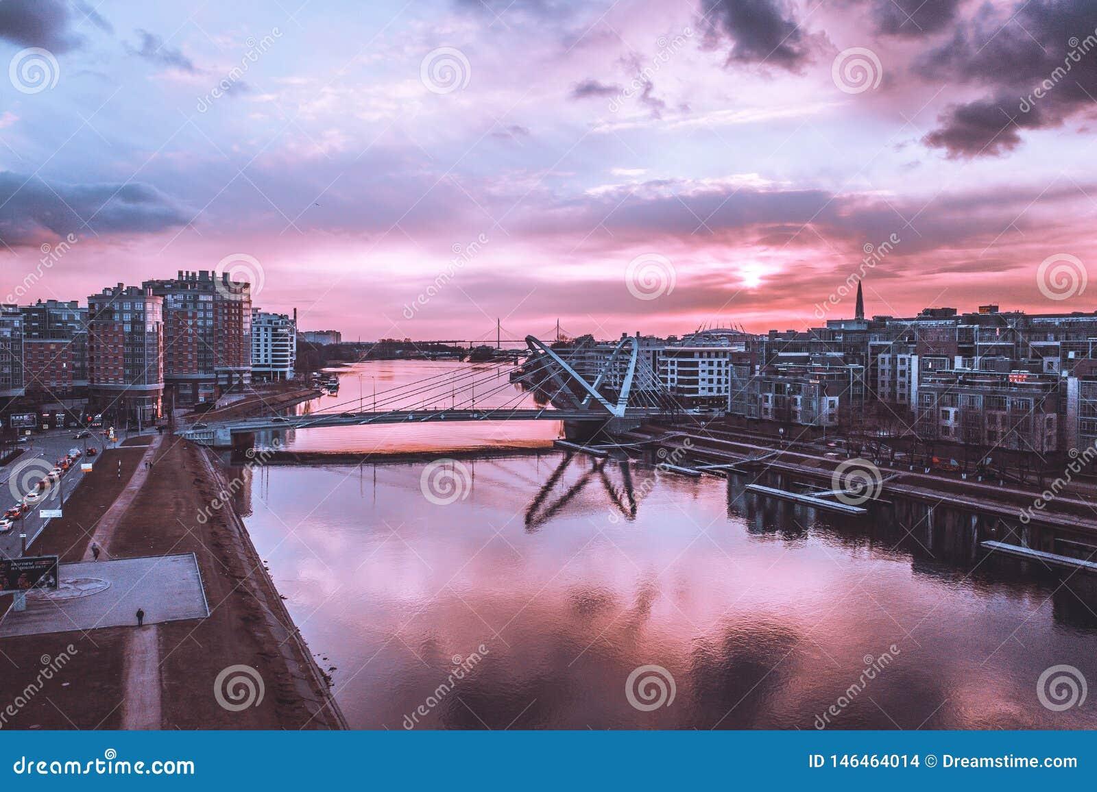 Lazarevskybrug in St. Petersburg Kabel-gebleven Lazarevsky-Brug in Sant Petersburg een zonsondergang, Rusland
