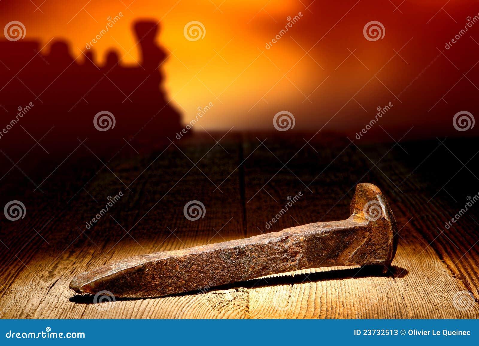 Lazo oxidado del punto del carril del ferrocarril de la antigüedad en la madera vieja