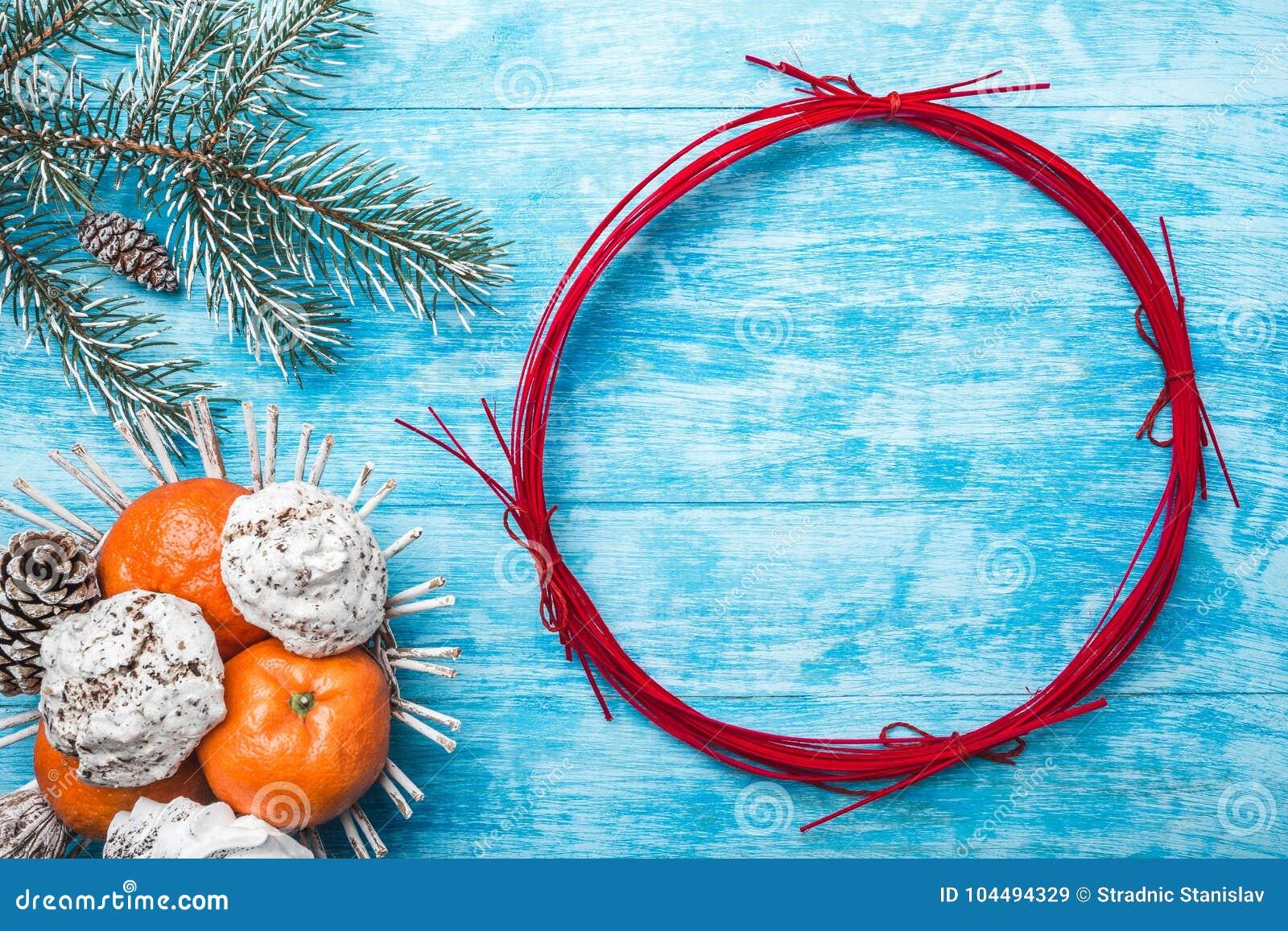 Lazurowy drewniany tło zielony jodły drzewo Owoc z mandarynką i cukierkami Okrąg dla bożych narodzeń lub nowego roku
