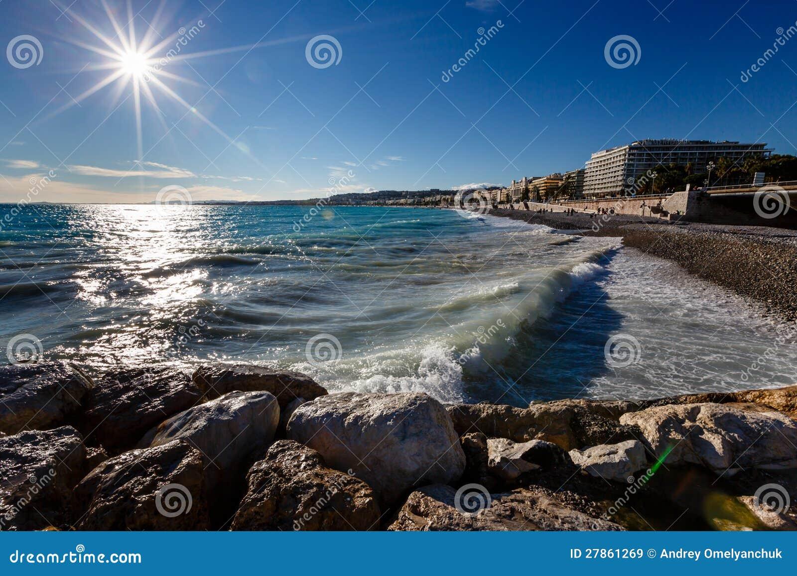 Lazurowy Morze i w Ładnym Piękna Plaża