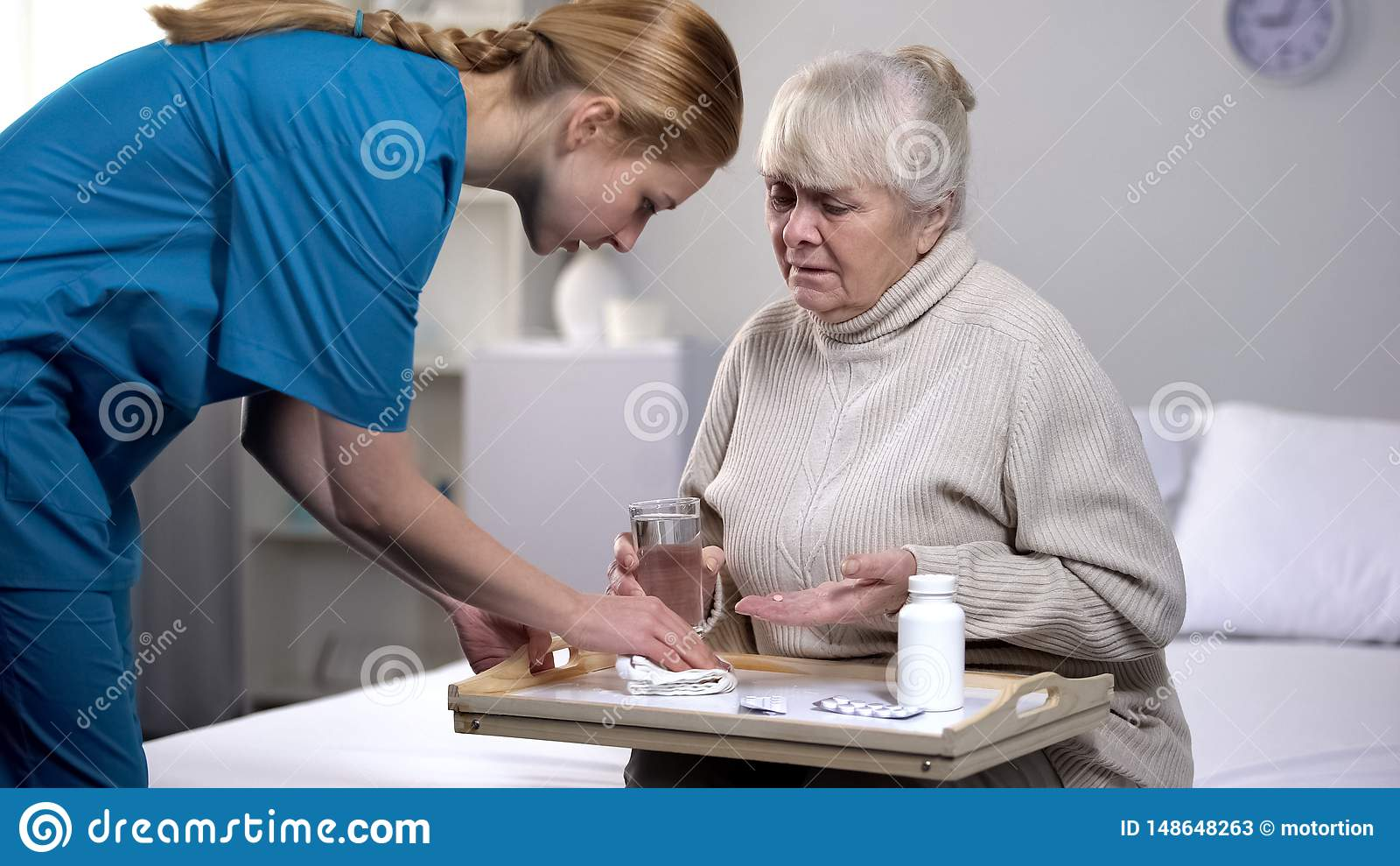 ?ldre kvinnlig patient som spiller vatten p? magasinet, medan ta piller, d?lig service