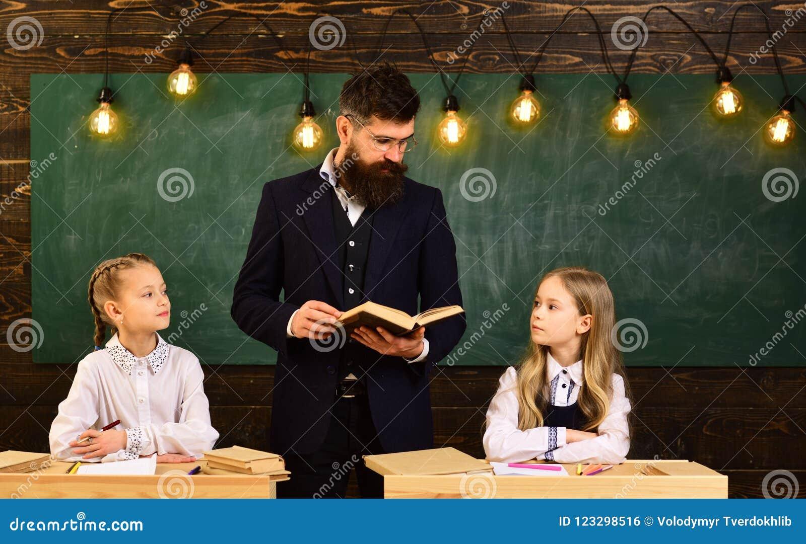 Leçon d école leçon d école de deux petites filles petites filles et professeur sérieux à la leçon d école Leçon d école
