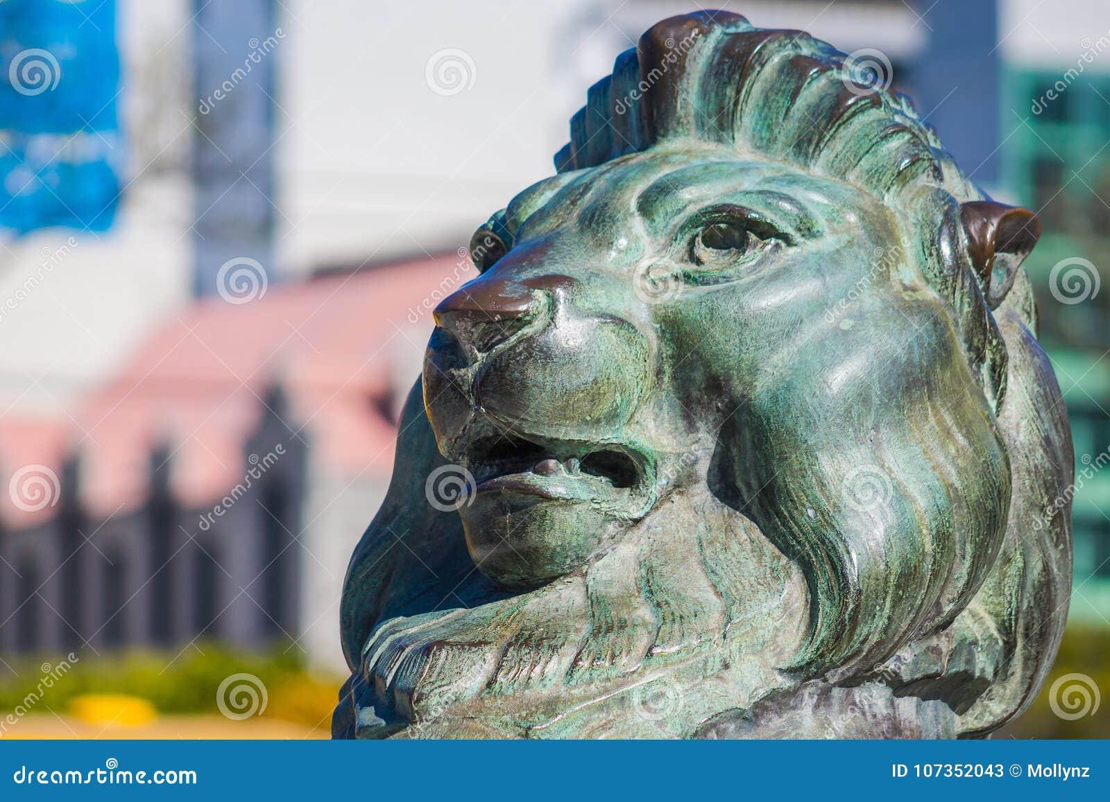 León de bronce en la base de Wellington Cenotaph