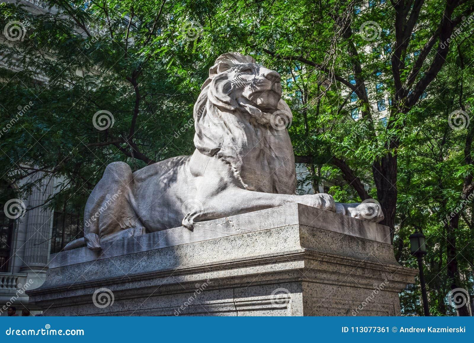 león de la biblioteca de la fortaleza de ánimo foto editorial