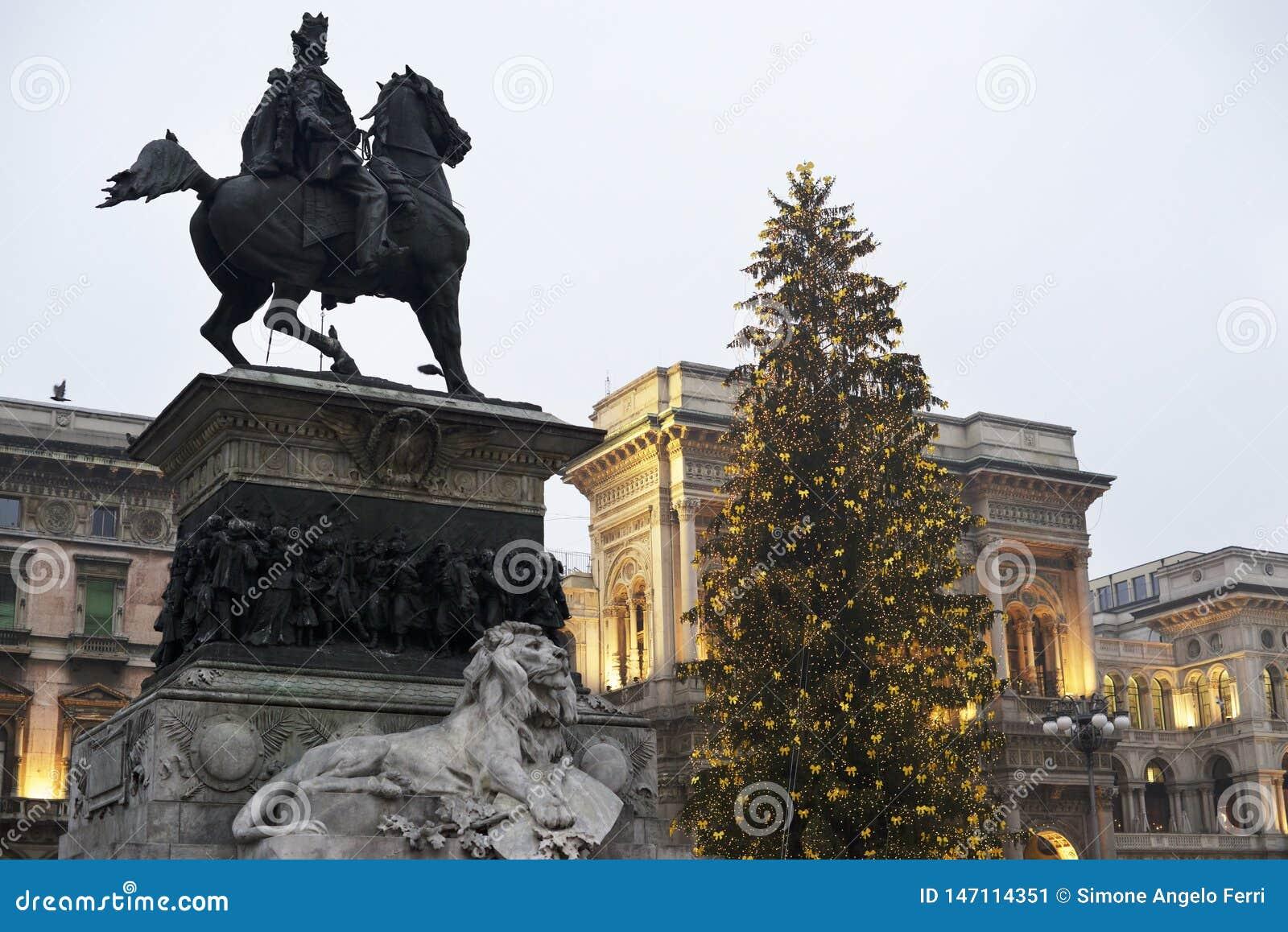 León y árbol de navidad de mármol: Cuadrado de Milán del duomo Italia