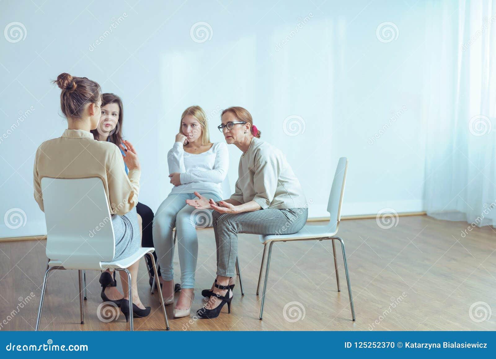 Leżanka opowiada z młodymi kobietami podczas szkolenia w biurze