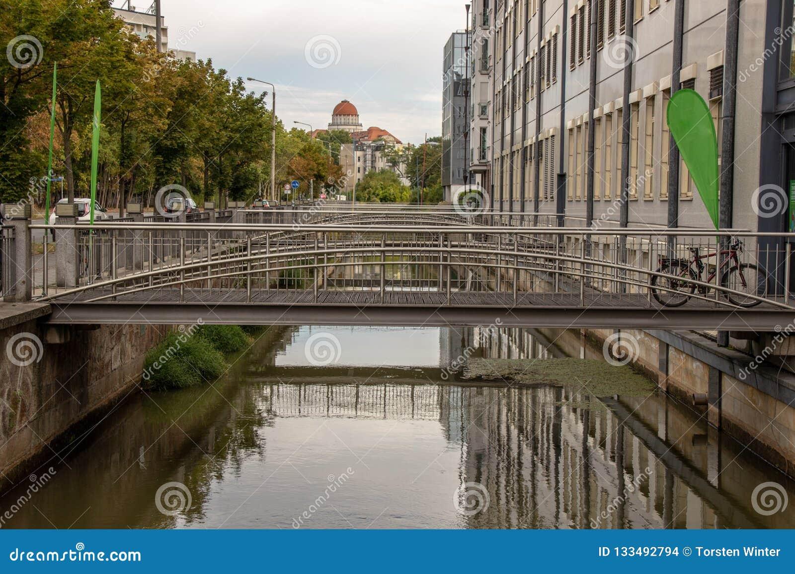 Le ¼ de Pleissenmà de rivière hlgraben dans la ville Leipzig de l eau avec beaucoup de ponts