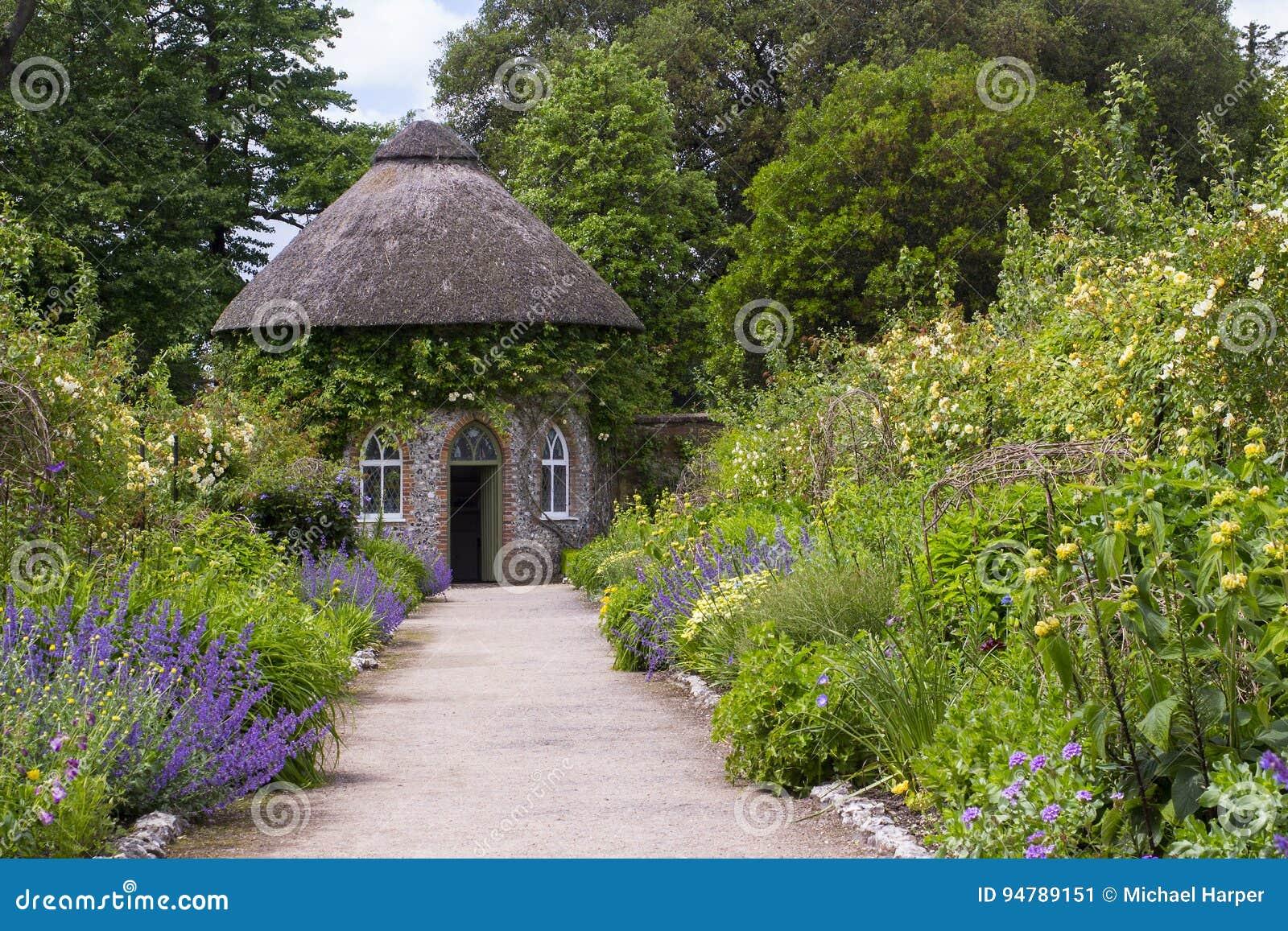 le 19 me si cle a couvert de chaume autour de la maison entour e par de beaux lits de fleur et. Black Bedroom Furniture Sets. Home Design Ideas