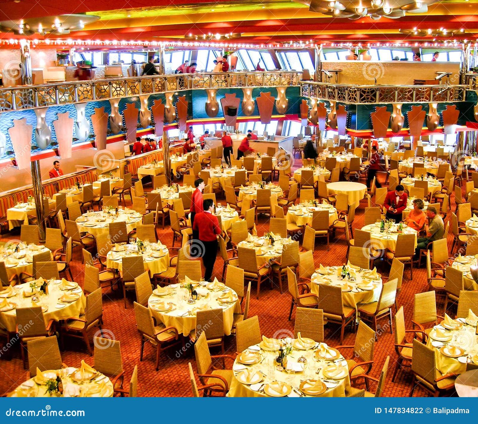 """Le €œ principal de Costa Smeraldaâ d """"Ristorante de restaurant à bord de bateau de croisière Costa Magica de Costa Cruises"""