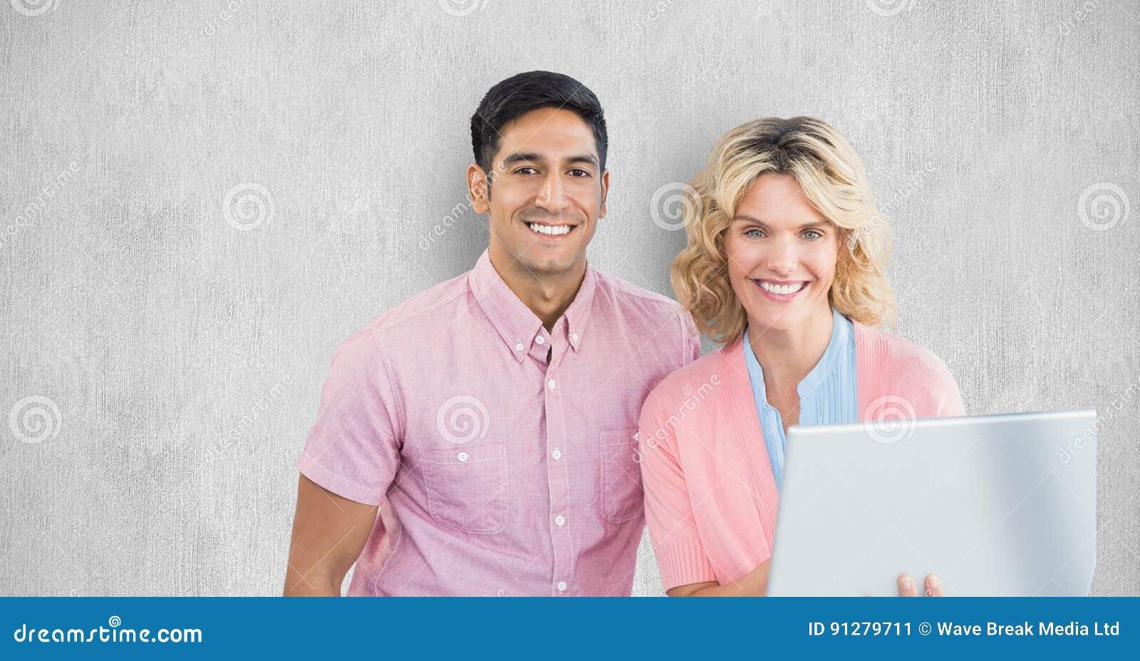 Le affärsfolk med bärbara datorn mot väggen