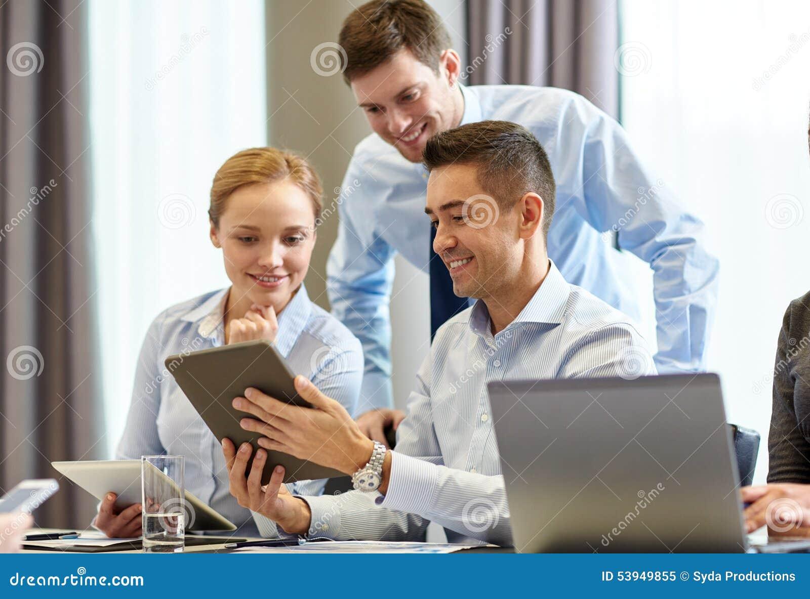 Le affärsfolk med minnestavlaPC i regeringsställning