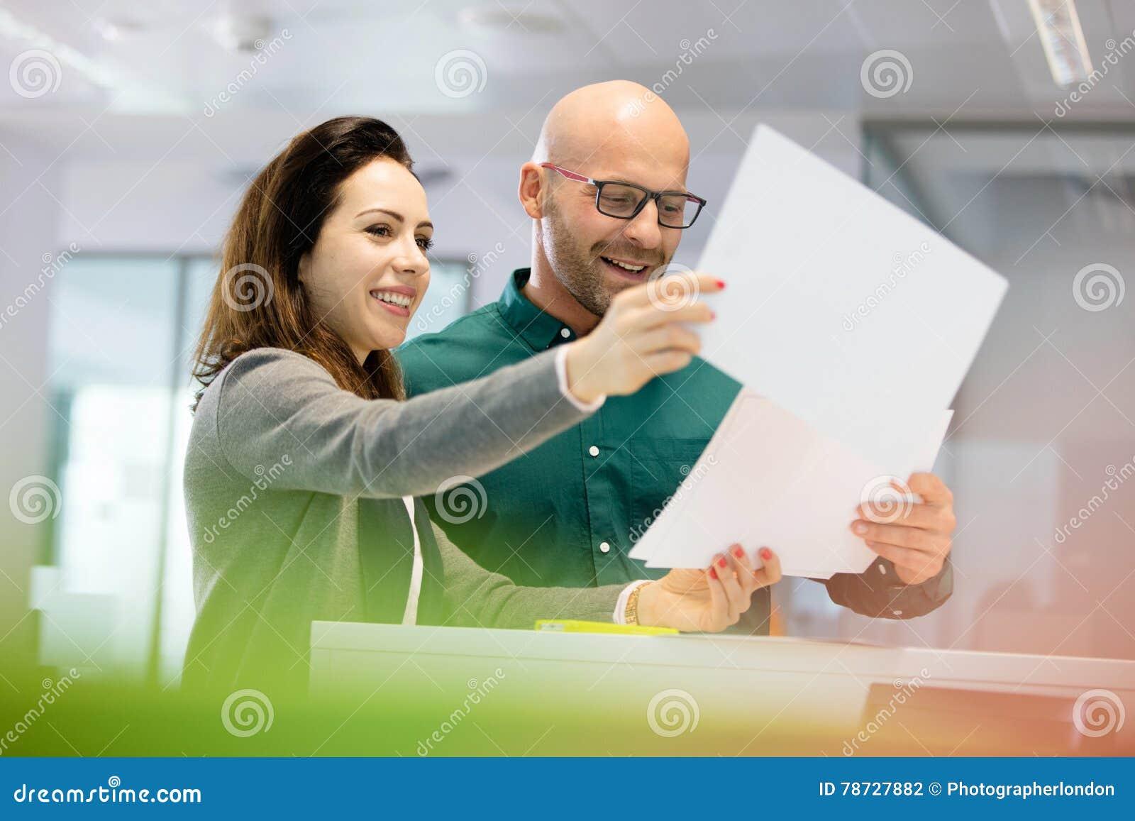 Le affärsfolk som i regeringsställning diskuterar över skrivbordsarbete