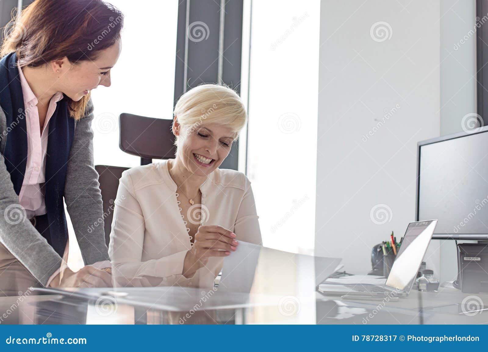 Le affärskvinna- och kvinnligchefen med projekt i regeringsställning