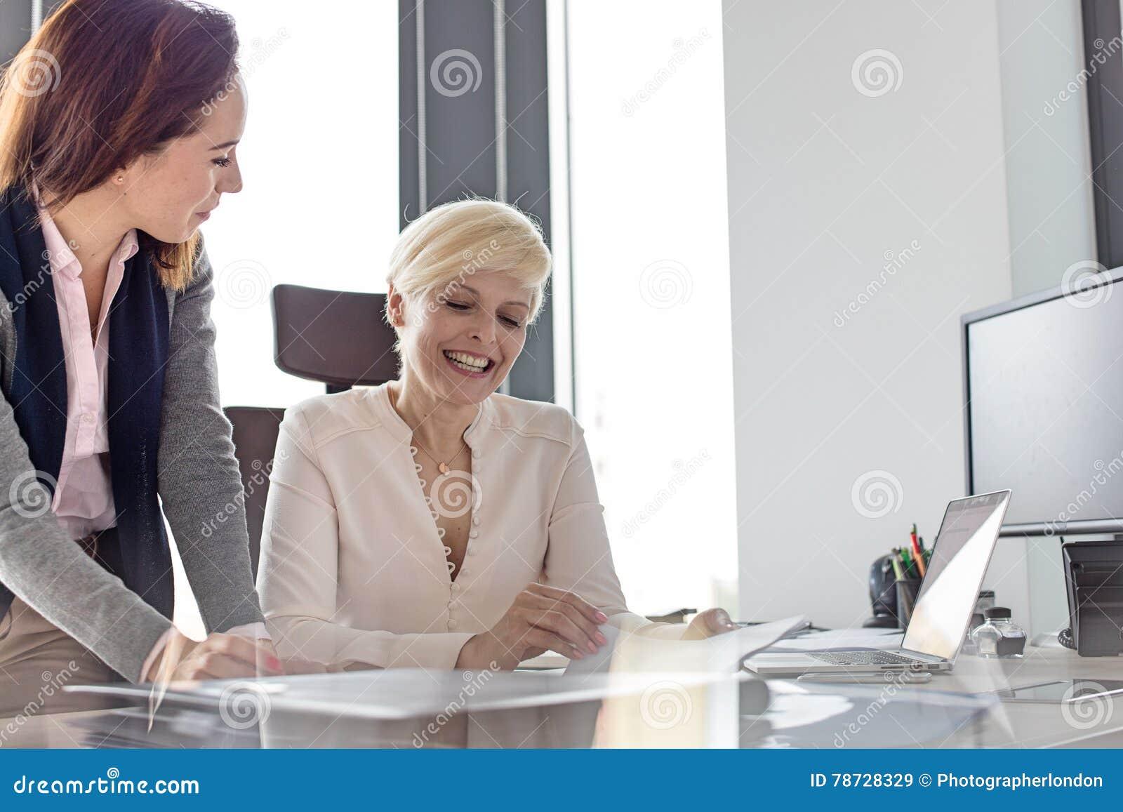 Le affärskvinna- och kvinnligchefen som i regeringsställning granskar projekt