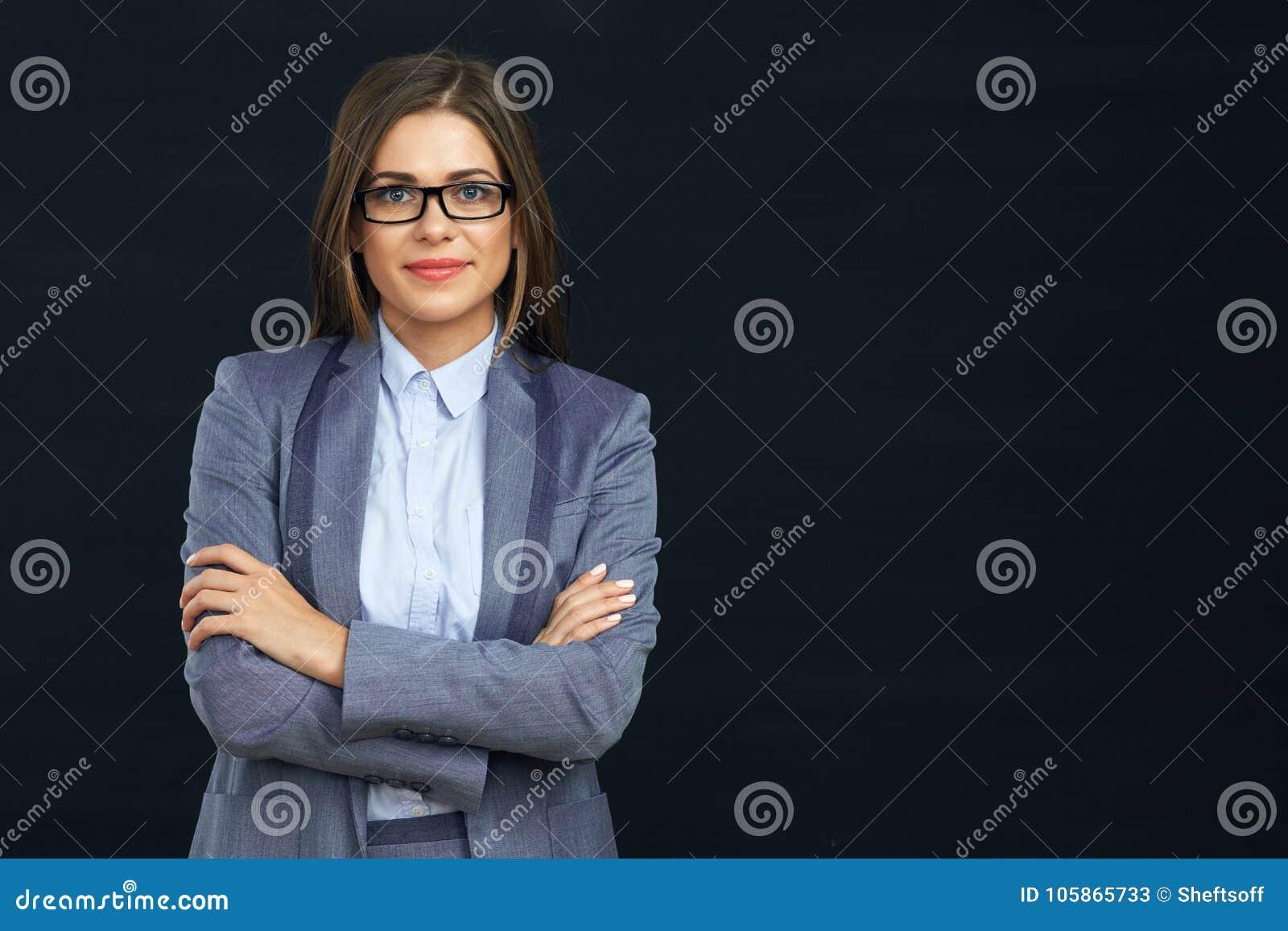 Le affärskvinnan med glasögon korsade armar