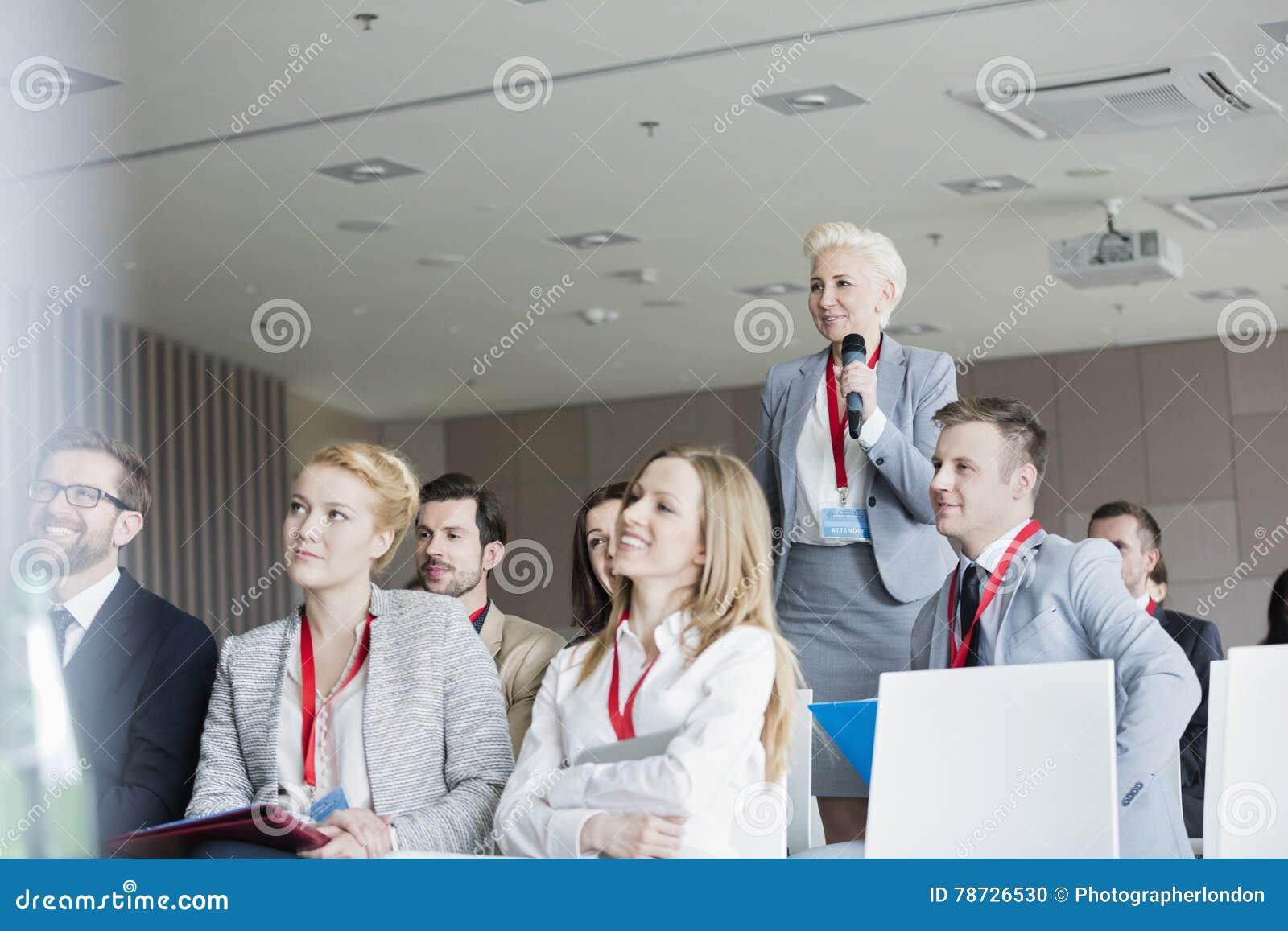 Le affärskvinnan som frågar frågor under seminarium