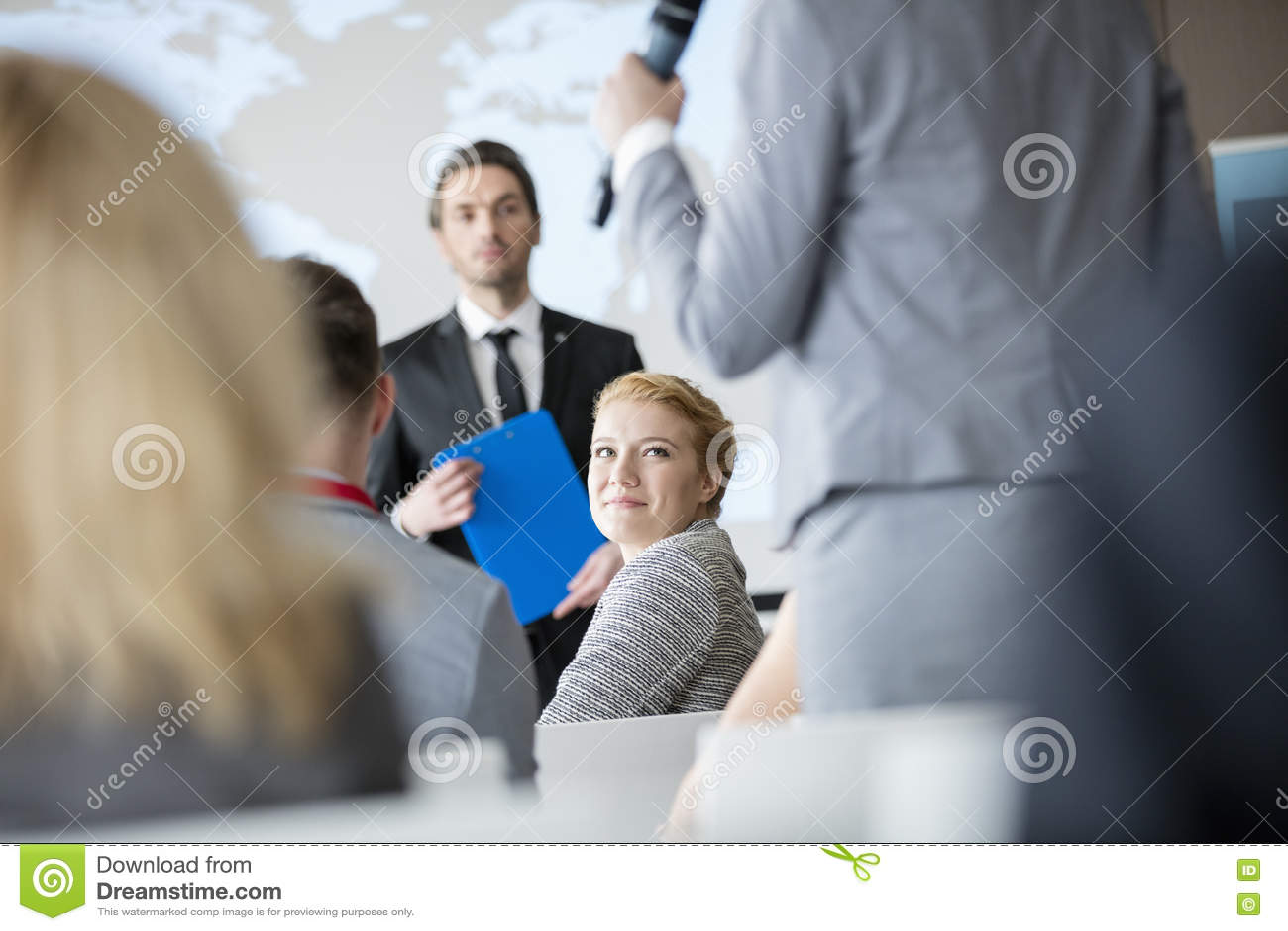 Le affärskvinnan som ser kollegan som talar under seminarium
