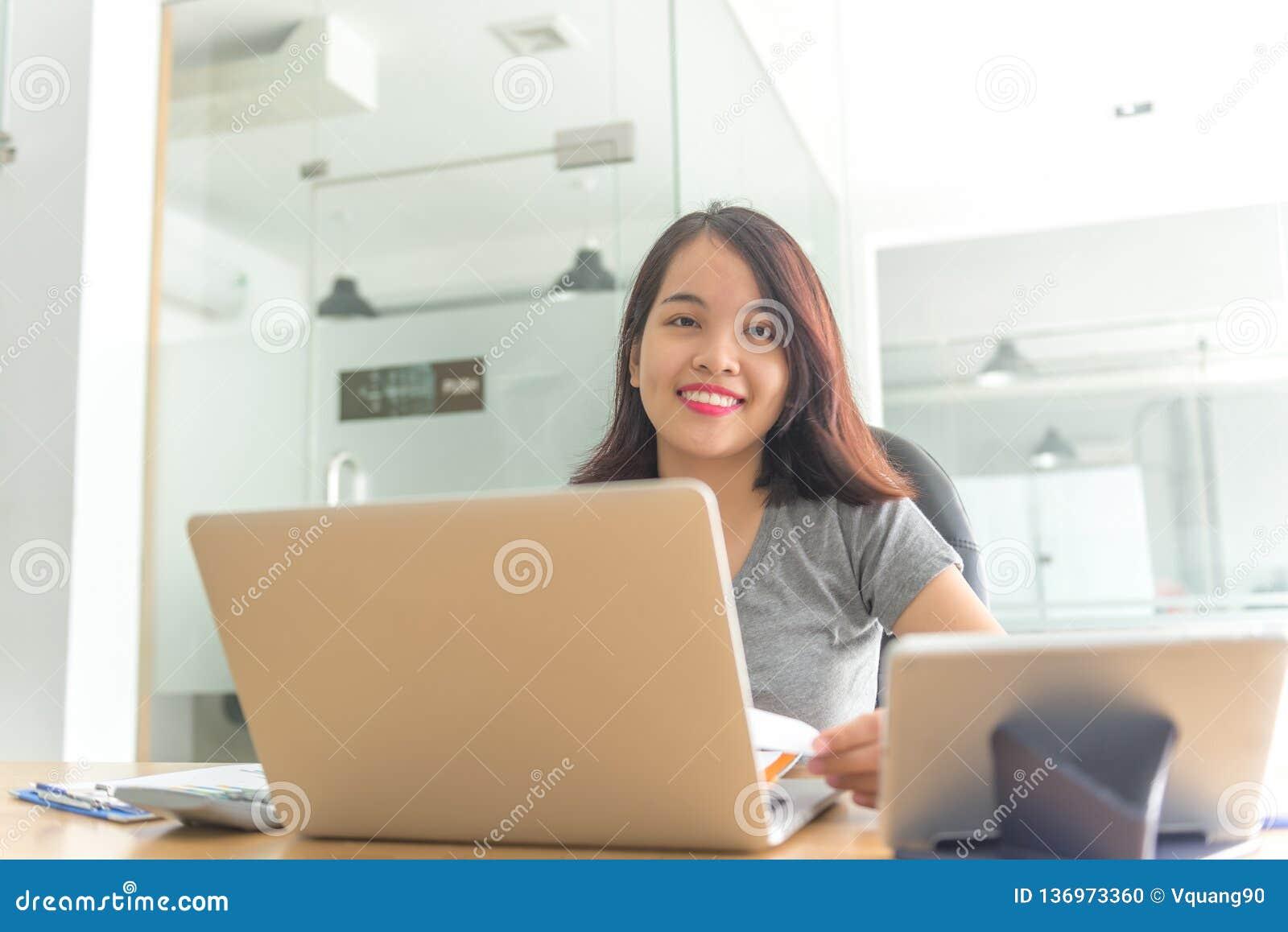 Le affärskvinnan som sitter i affärskontor