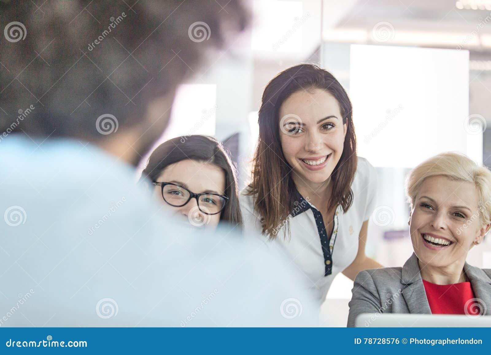 Le affärskvinnor som i regeringsställning ser den manliga kollegan