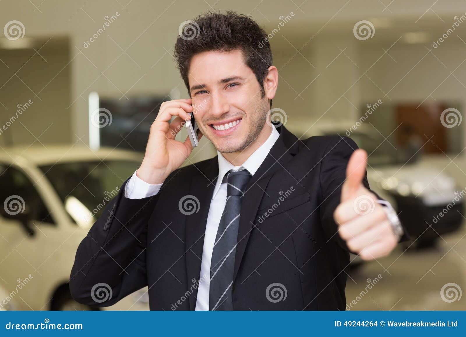 Le affärsmannen som ger tummar upp på telefonen