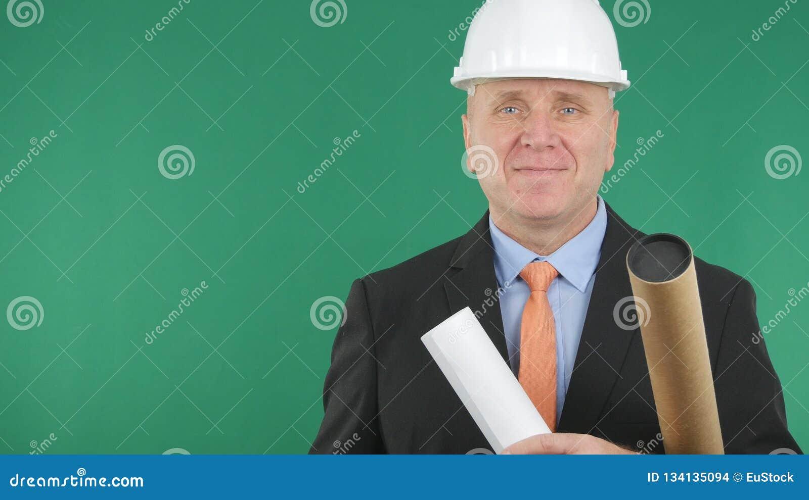 Le affärsmannen Wearing Helmet Smiling som är lycklig i intervju