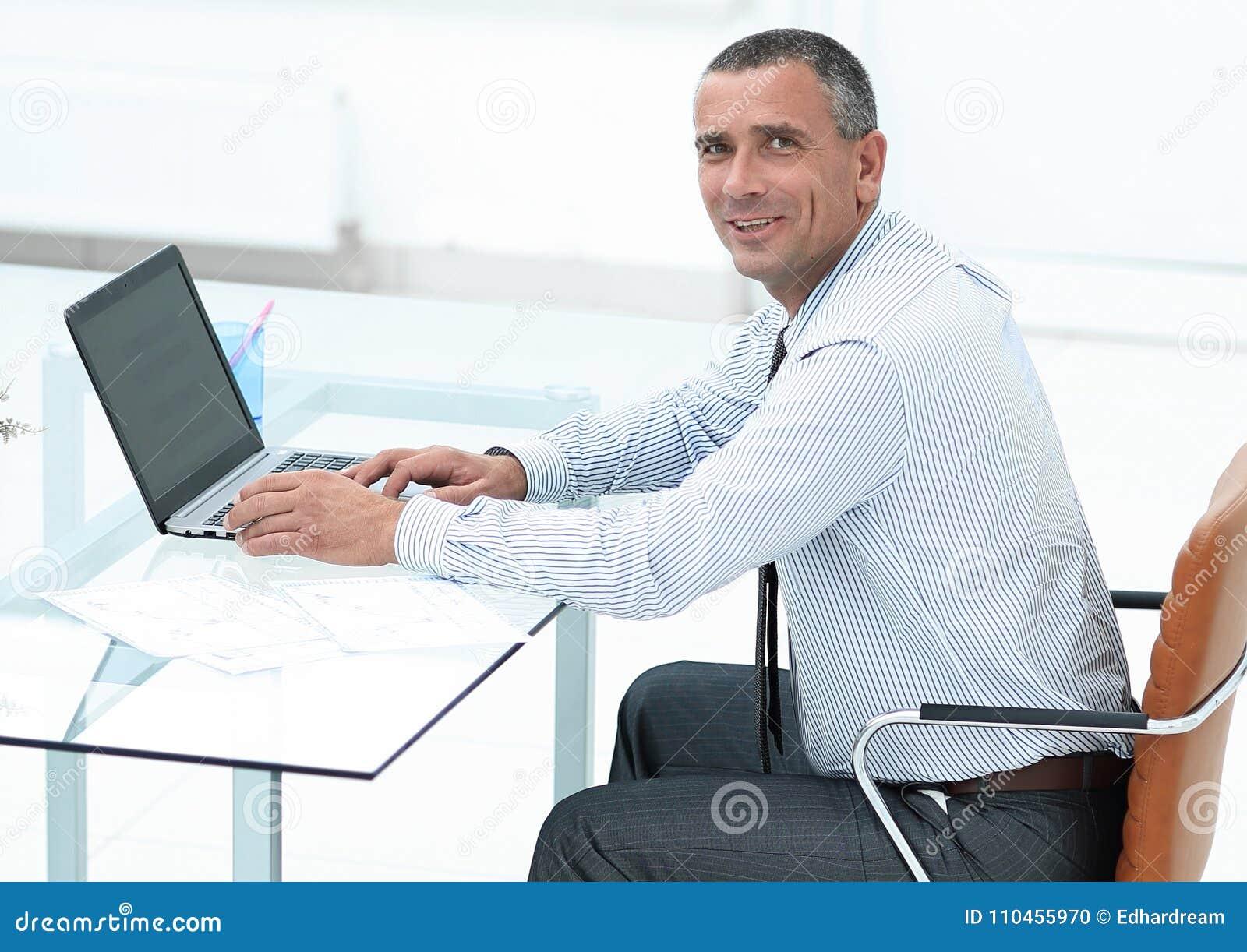 Le affärsmansammanträde på skrivbordet och att se kameran