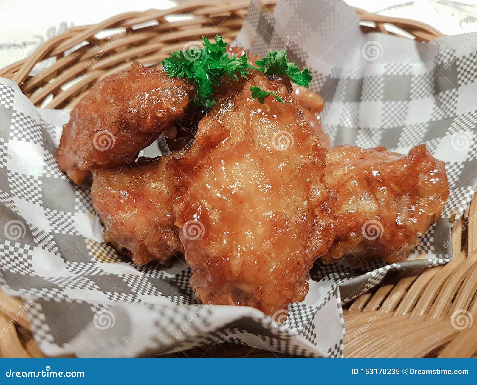 Le ali di pollo sono il gusto molto delizioso