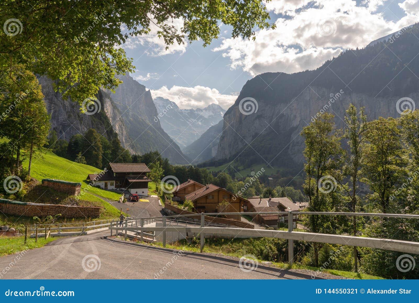 Le alpi svizzere lauterbrunnen la strada campestre del villaggio