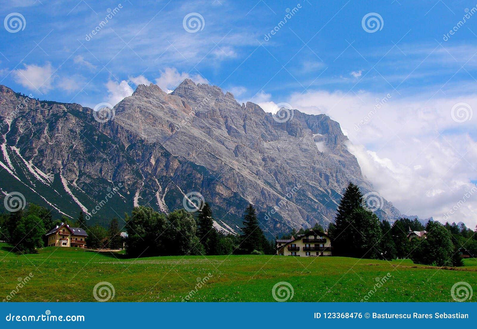 Le ` Ampezzo de Cortina d a de l histoire mille ans et une longue tradition comme destination de touristes : Montagnes de dolomit