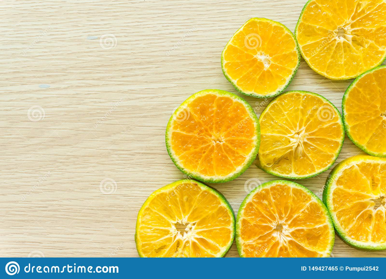 Le arance hanno tagliato a met? su un fondo di legno, spazio libero
