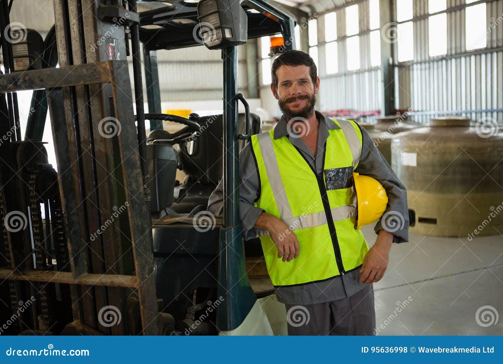 Le arbetarbenägenhet på gaffeltrucken i fabrik
