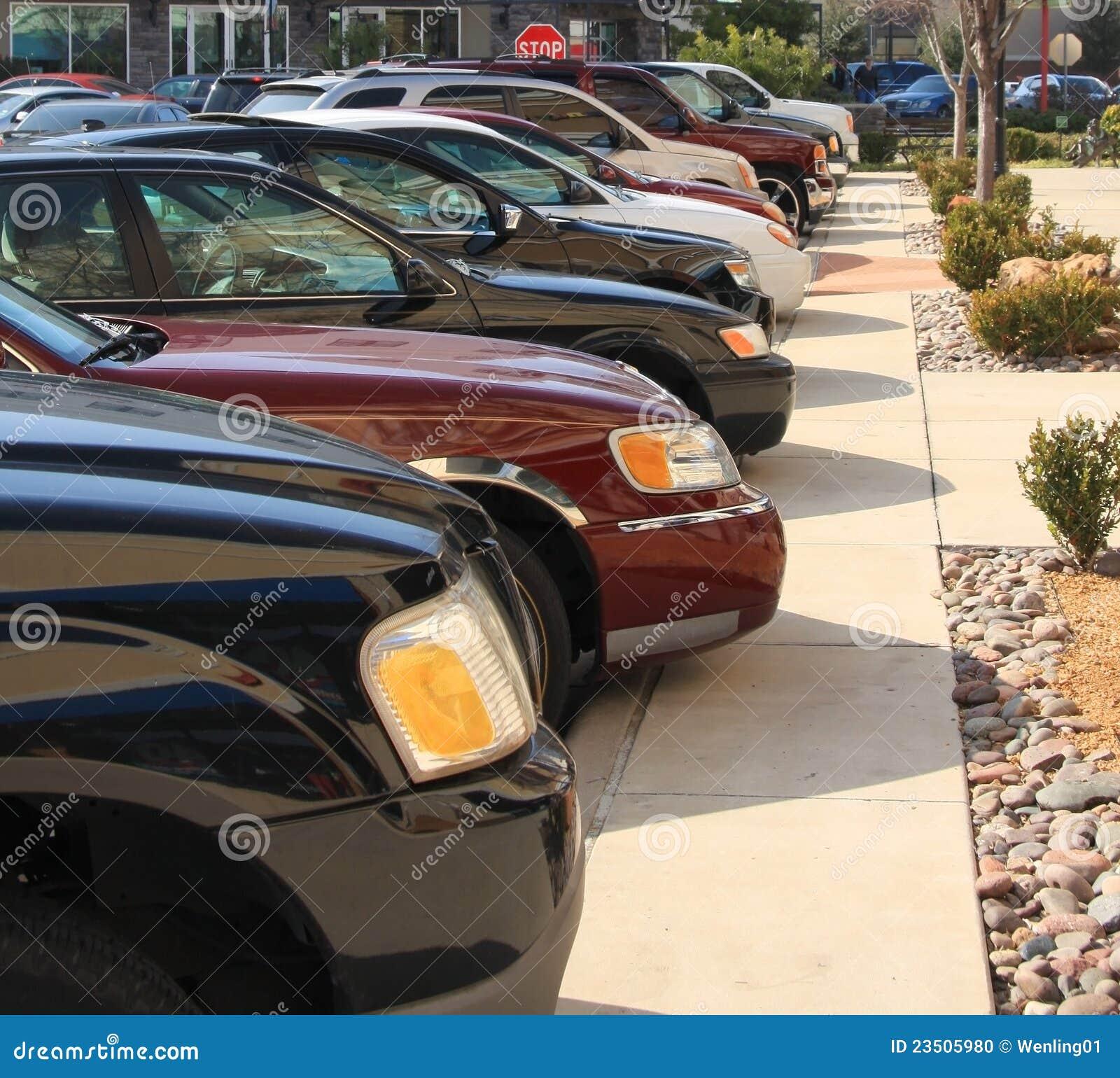 Le automobili hanno parcheggiato sul centro commerciale
