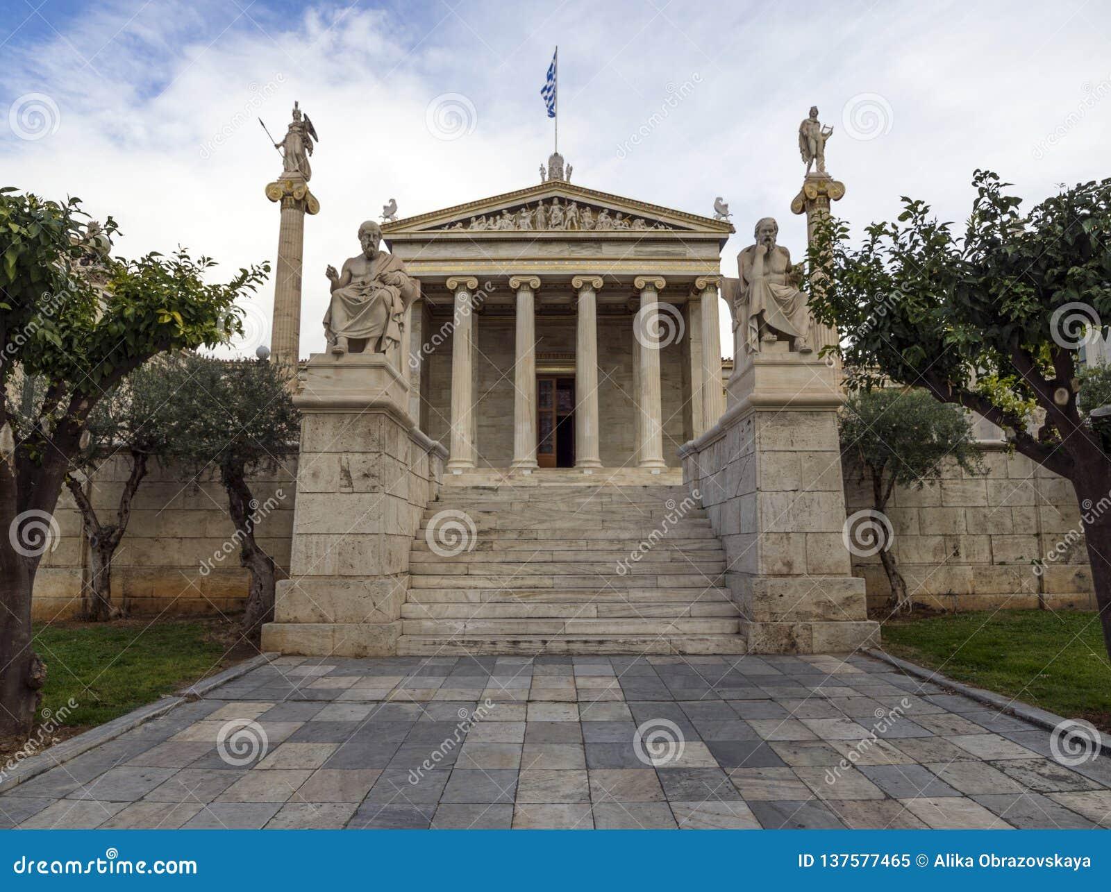 Le bâtiment de l académie d Athènes une colonne de marbre avec sculptures d Apollo et d Athéna, Socrates et Platon contre a avec