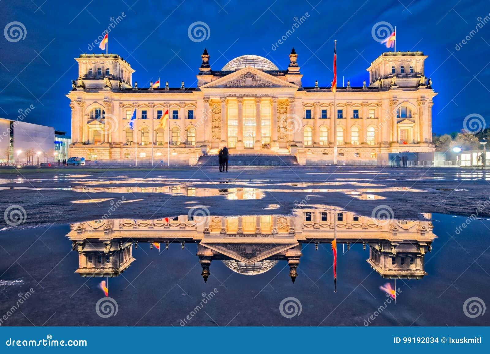 Le bâtiment de Reichstag la nuit à Berlin Le DEM d de dévouement